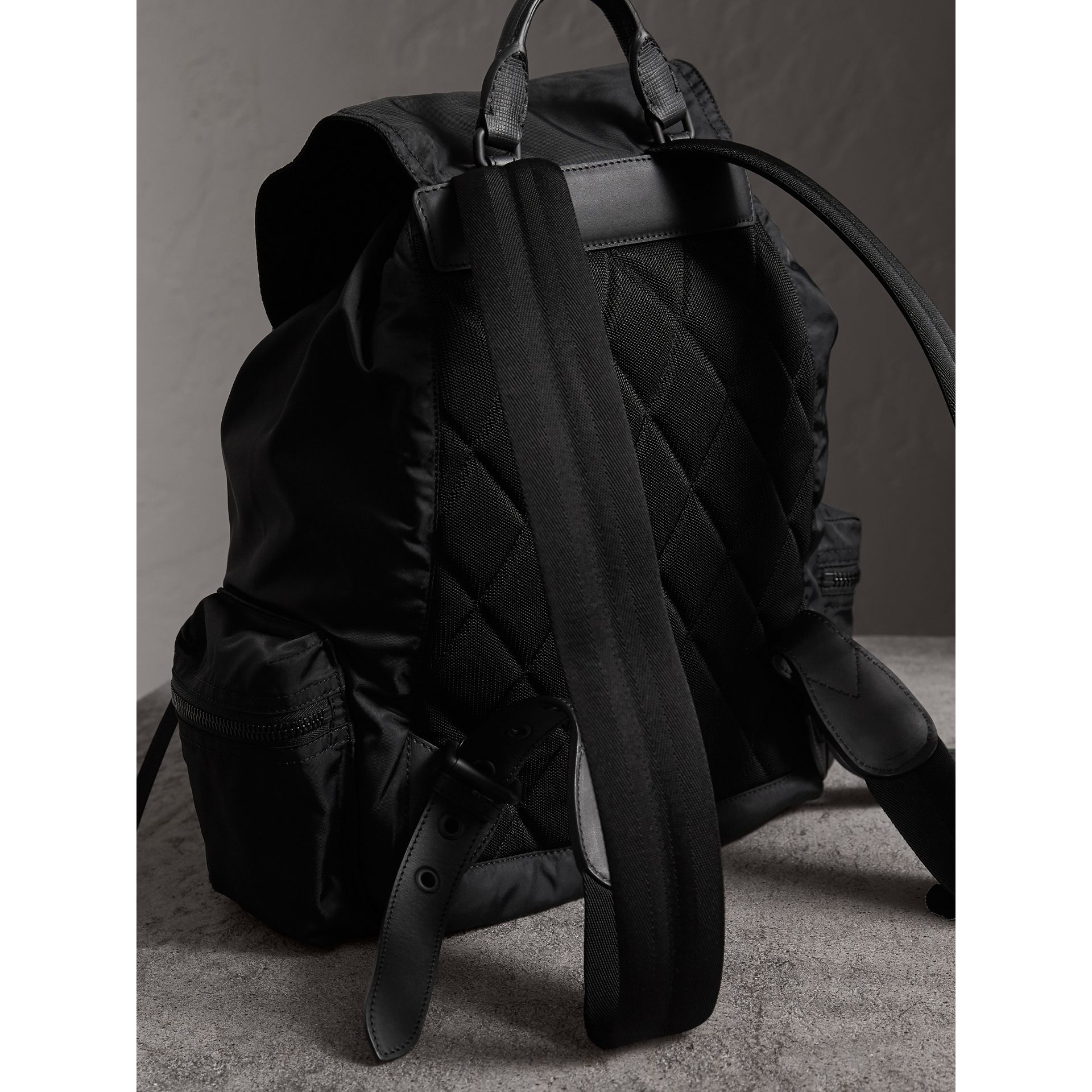 Grand sac The Rucksack en nylon technique et cuir (Noir) - Homme | Burberry Canada - photo de la galerie 3