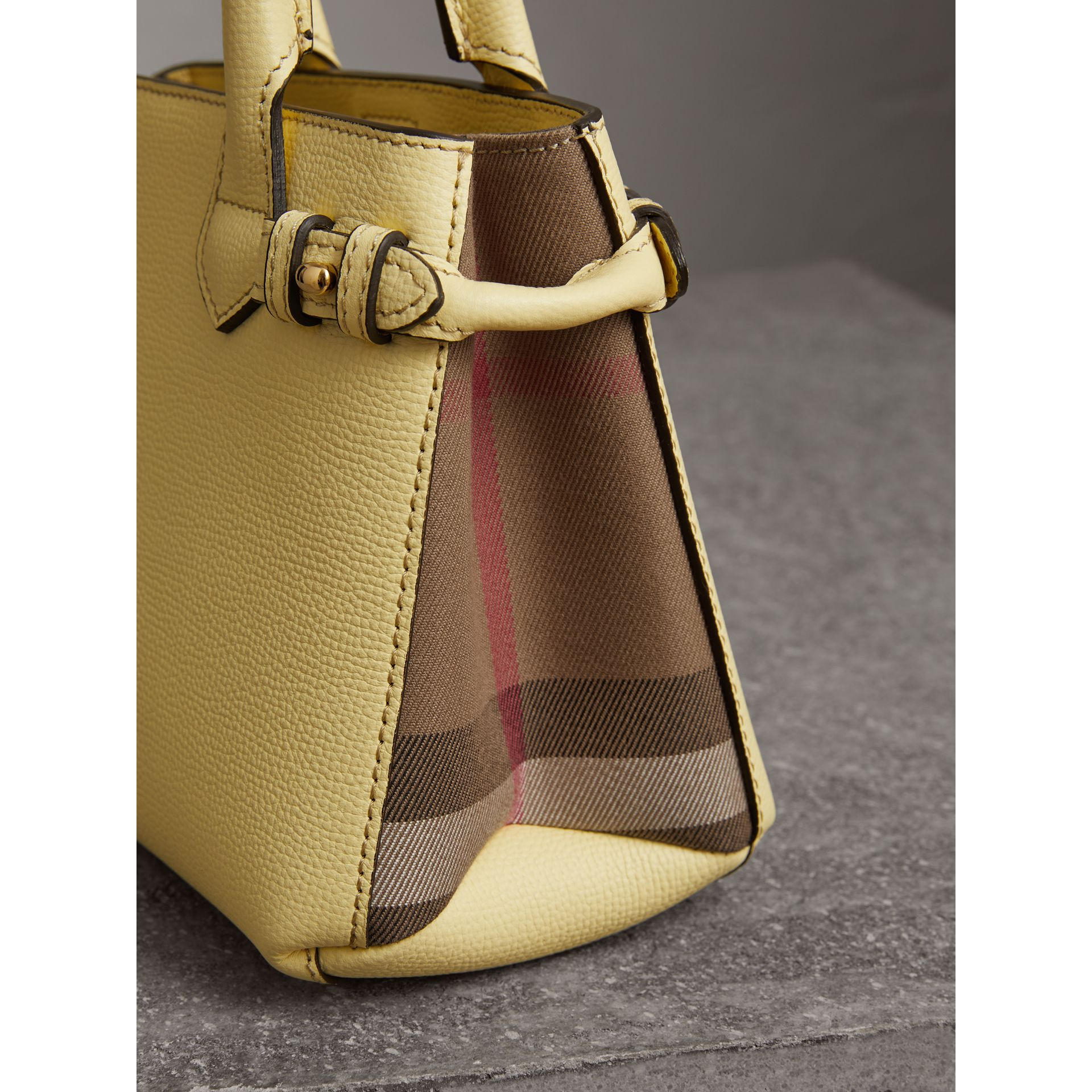 Borsa The Baby Banner in pelle con motivo House check (Giallo Camomilla) - Donna | Burberry - immagine della galleria 1