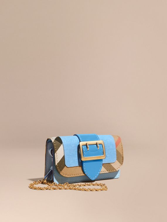 The Mini Buckle Bag aus Leder und House Check-Gewebe Helles Mineralblau