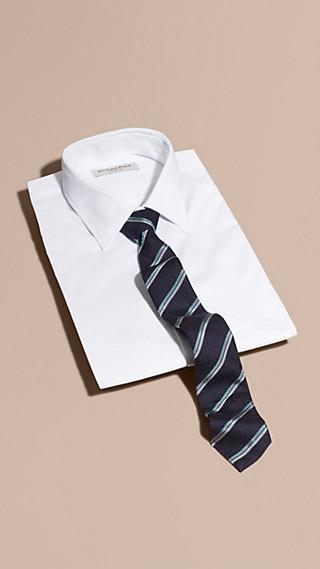 Gravata de seda texturizada com estampa listrada e corte slim