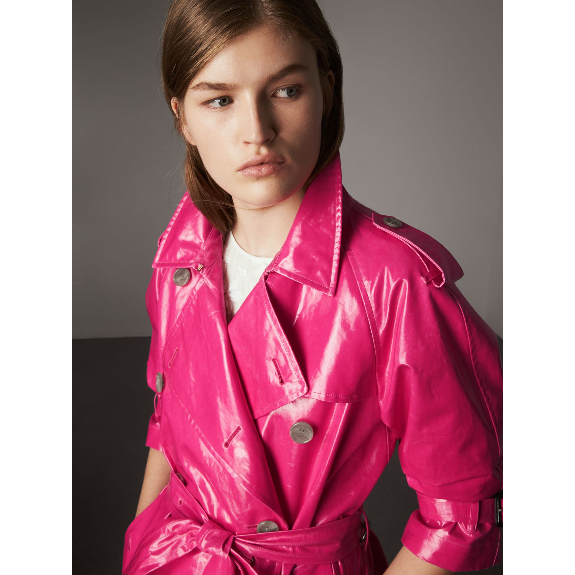 Trench en coton laminé (Rose Néon) - Femme | Burberry - photo de la galerie 1