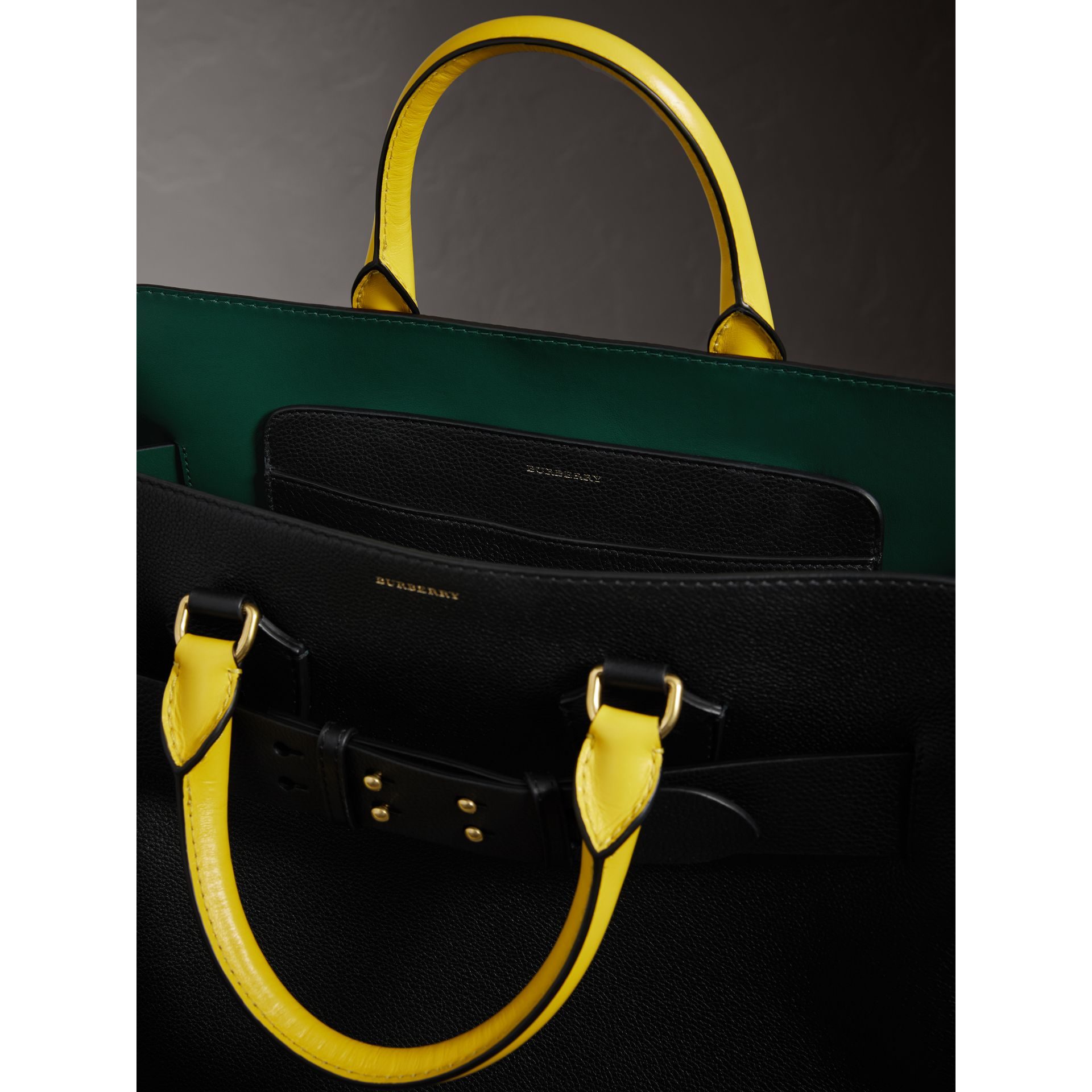 Grand sac The Belt en cuir tricolore (Noir/vert Marin) | Burberry - photo de la galerie 5