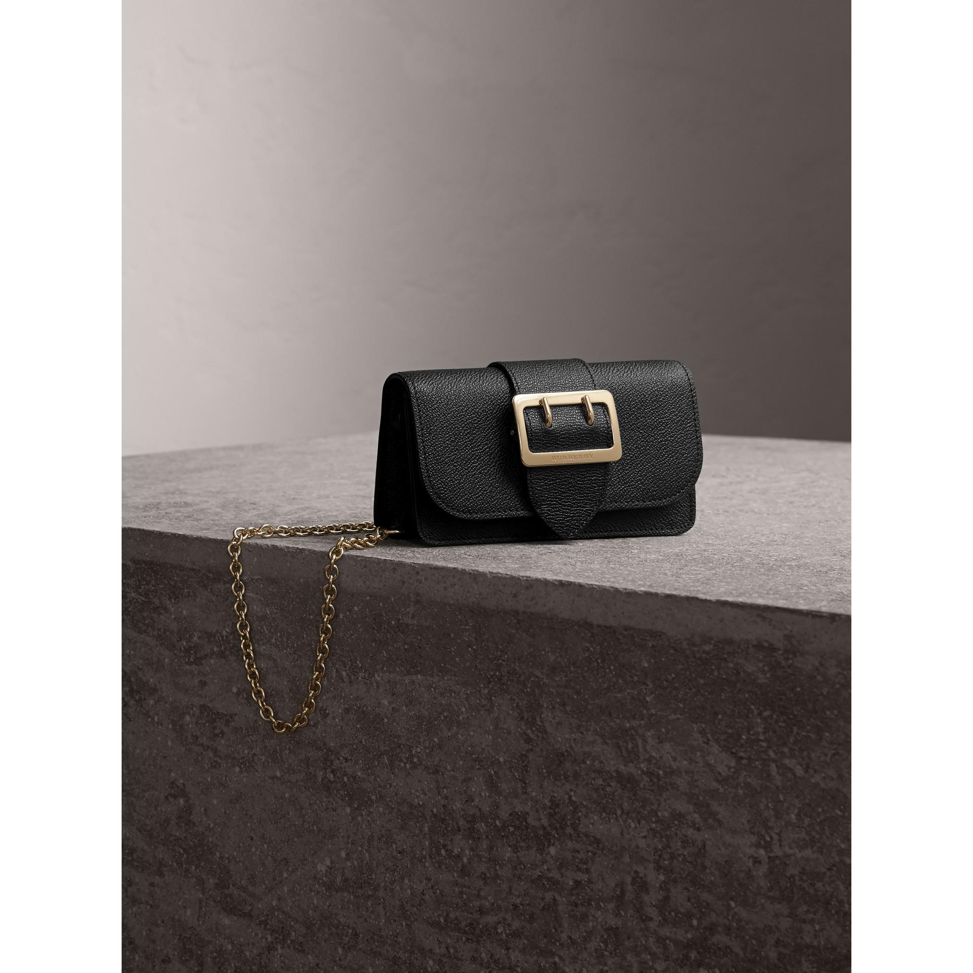 Bolso Buckle mini en piel granulada (Negro) - imagen de la galería 1