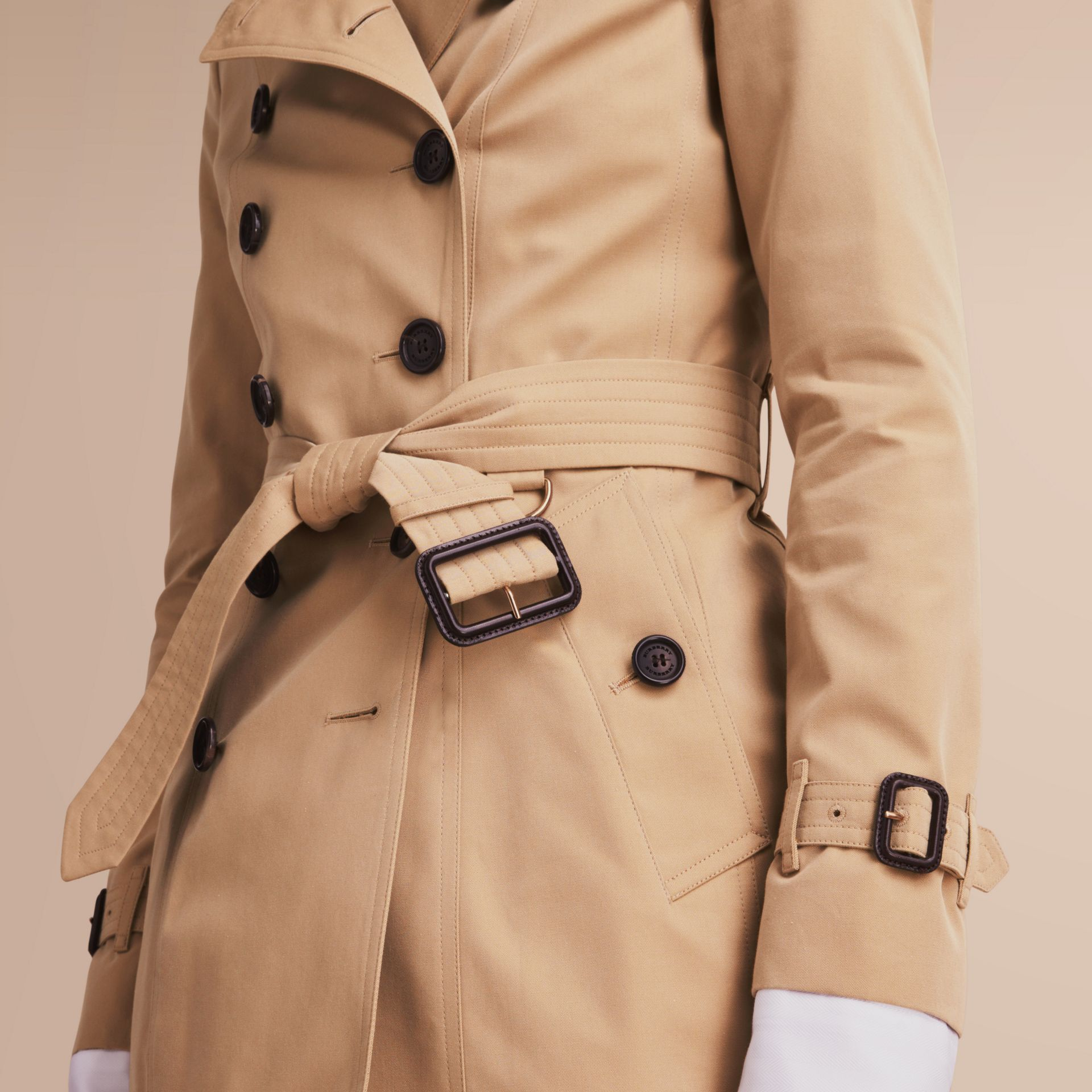 The Chelsea – Short Heritage Trench Coat in Honey - Women | Burberry Hong Kong - gallery image 6