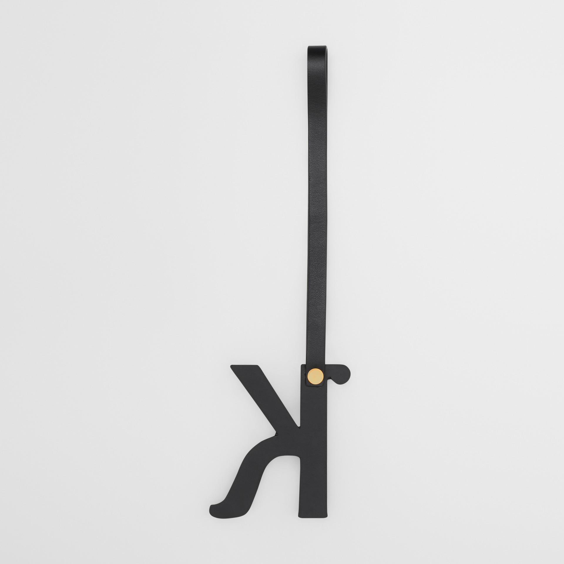 Bijou alphabet «K» en cuir clouté (Noir/or Clair) - Femme | Burberry Canada - photo de la galerie 2