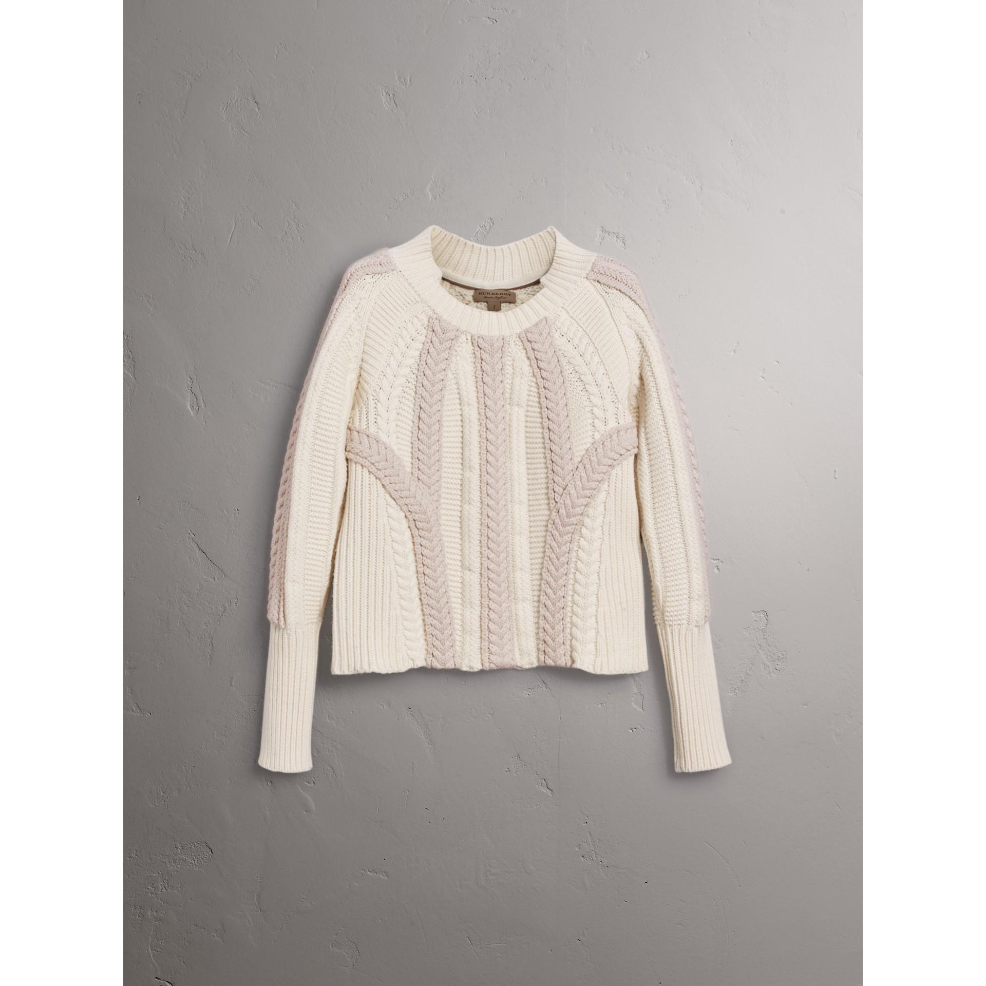 Pull bicolore en maille de laine et cachemire torsadée (Blanc Naturel) - Femme | Burberry - photo de la galerie 4