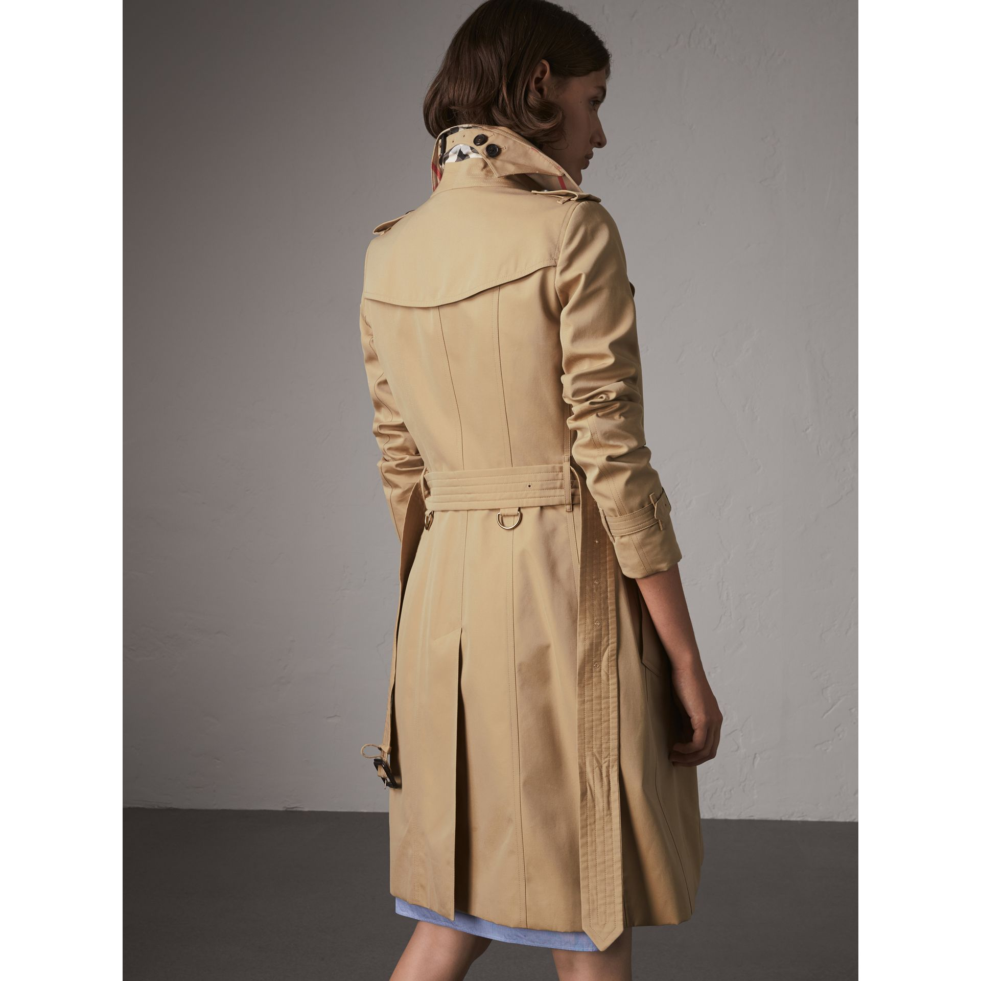 The Chelsea – Long Trench Coat in Honey - Women | Burberry United Kingdom - gallery image 3