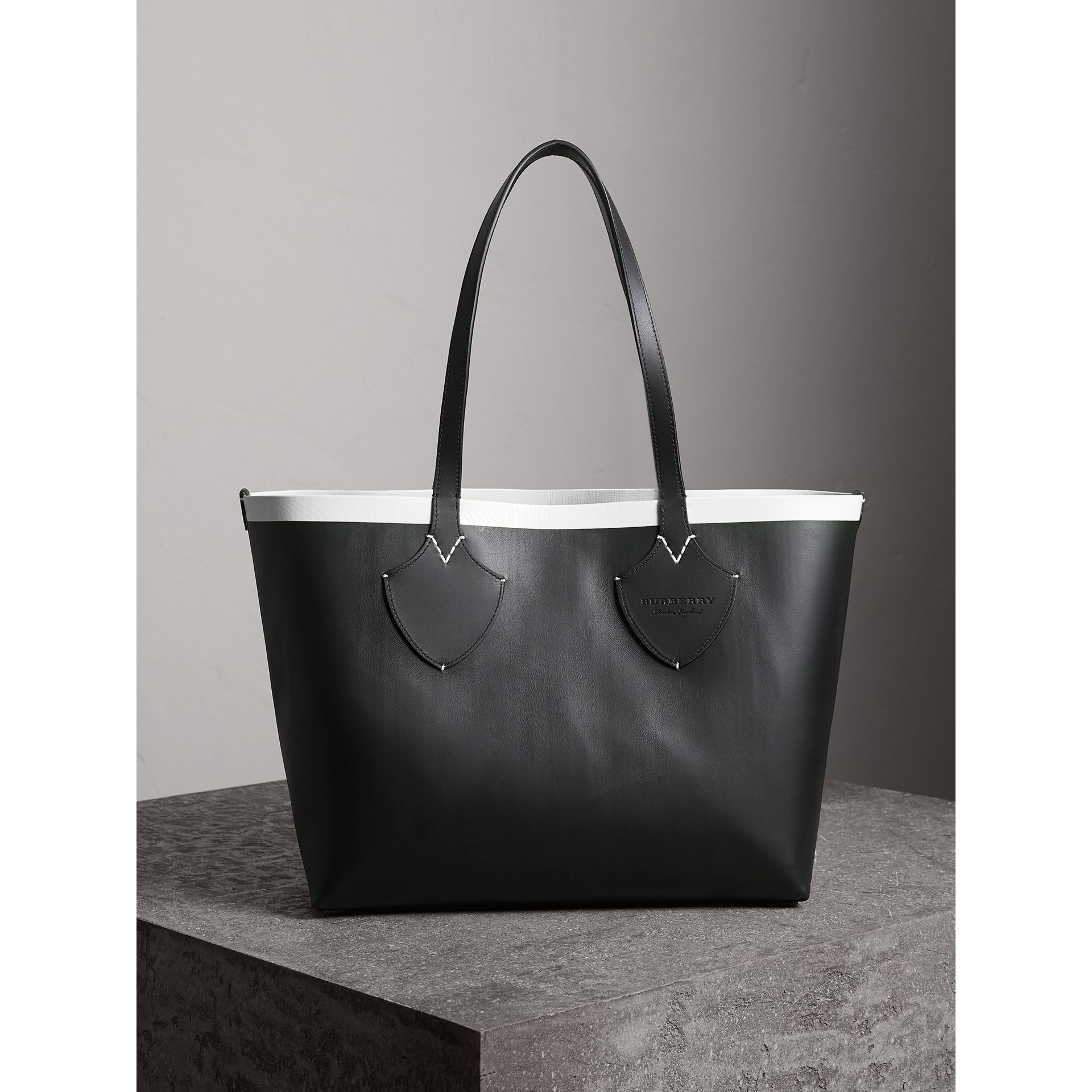The Medium Giant Reversible Tote in Canvas and Leather in Black/white | Burberry - gallery image 3
