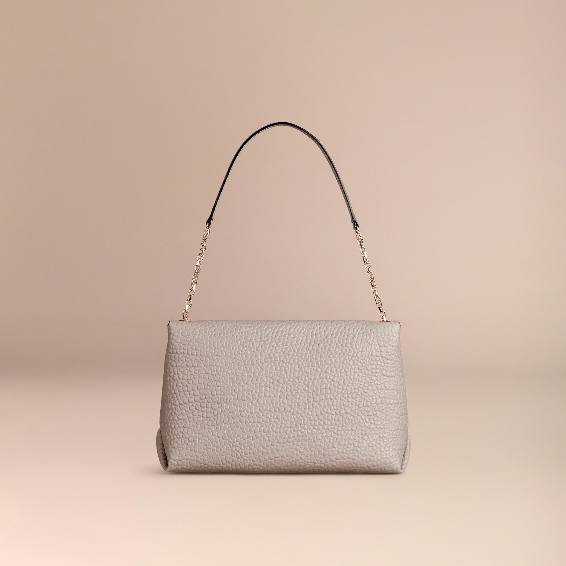 Бледно-серый Большая сумка через плечо из зернистой кожи в стиле Burberry Бледно-серый - изображение 4