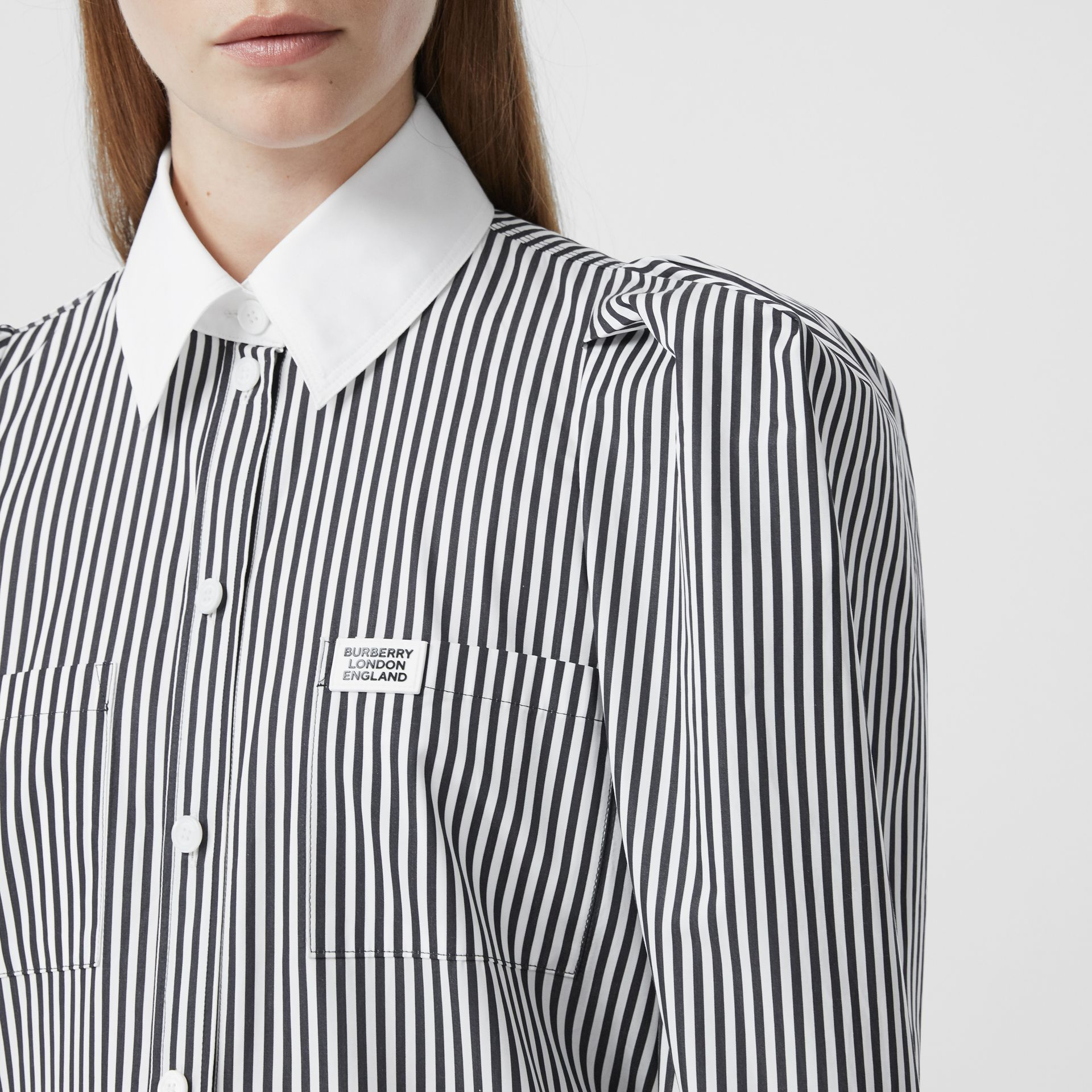 Vestido estilo camisa de popeline de algodão listrado com etiqueta de logotipo (Preto) - Mulheres | Burberry - galeria de imagens 1
