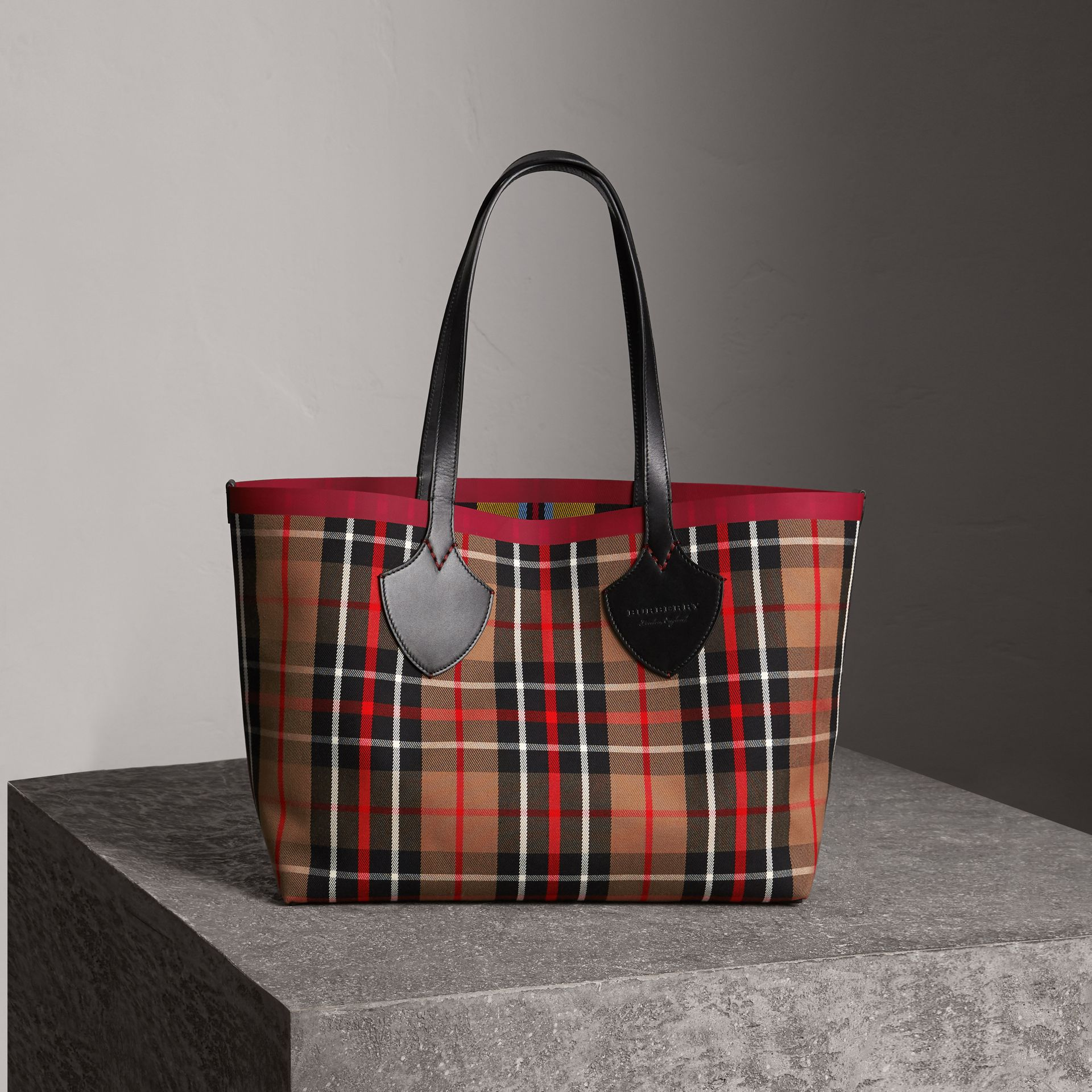 Borsa tote The Giant media double face in cotone con motivo tartan (Caramello/giallo Lino) | Burberry - immagine della galleria 0