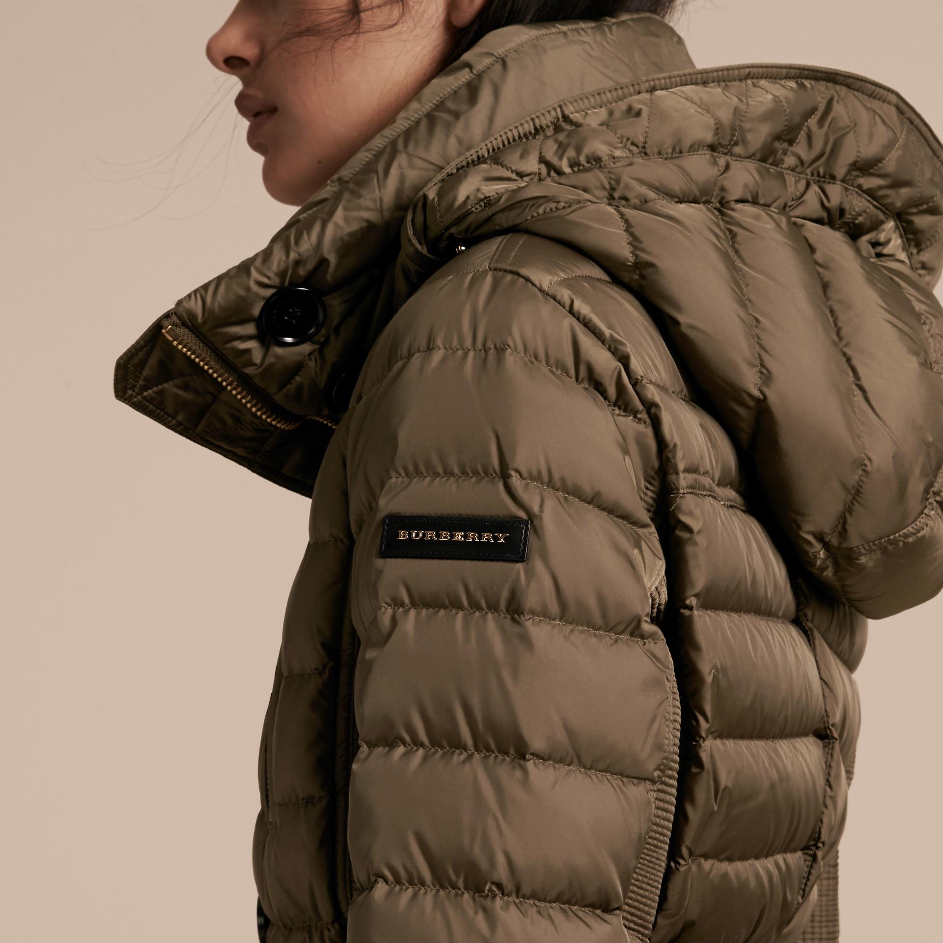 Parka aderente imbottito con finitura in pelliccia - Donna | Burberry - immagine della galleria 5