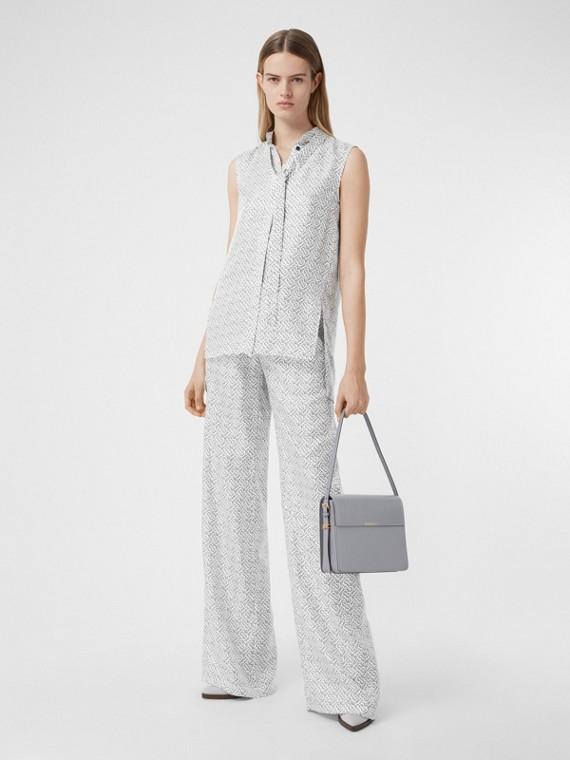 Camisa sem mangas de seda com gola laço e estampa de monograma (Branco)