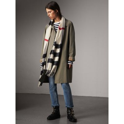 The Large Classic Cashmere Scarf in Check - White Burberry xReOY