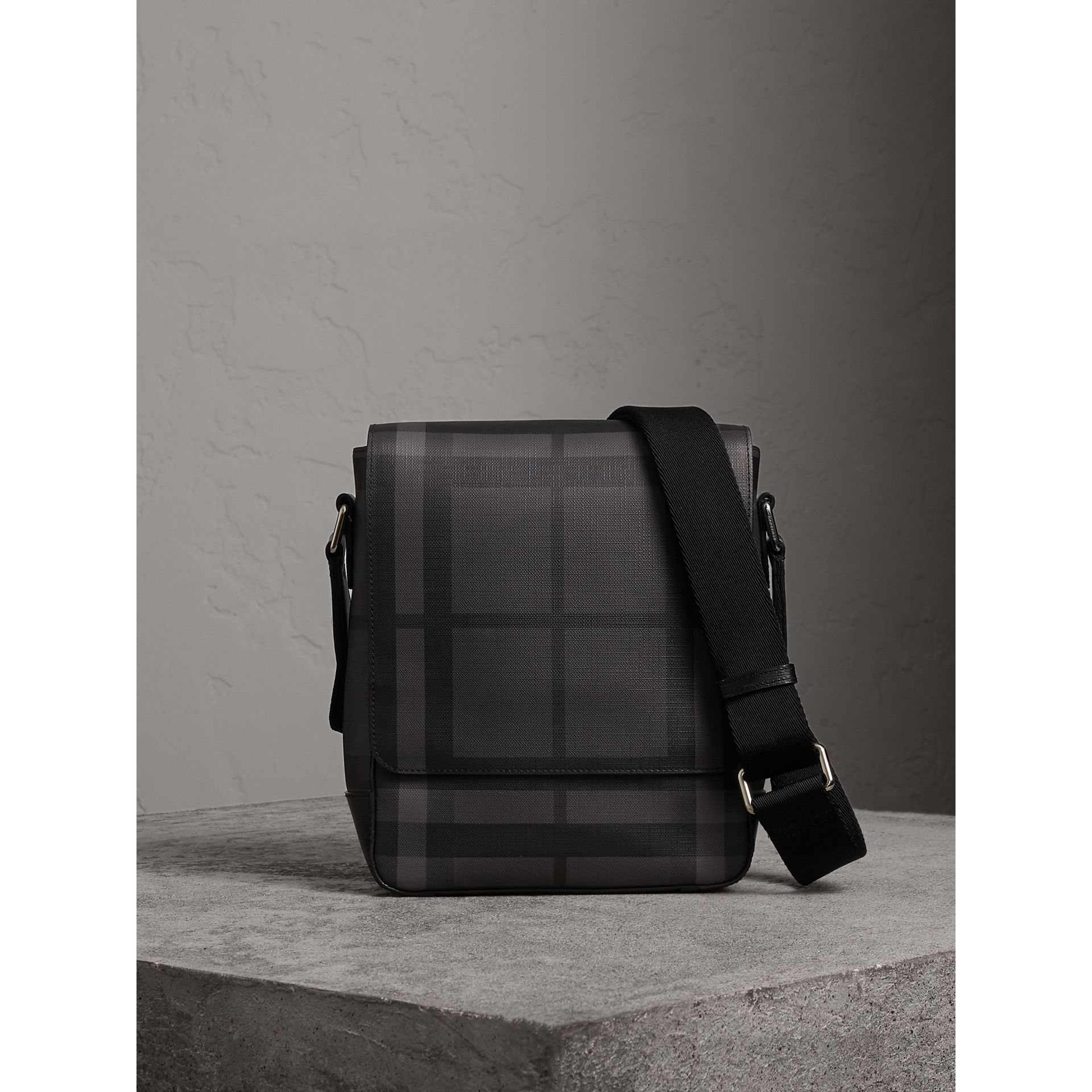Sac à bandoulière avec motif London check (Anthracite/noir) - Homme | Burberry - photo de la galerie 0