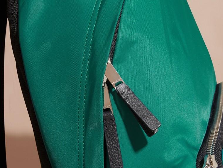 Vert pin Sac à dos en nylon avec éléments en cuir Vert Pin - cell image 1