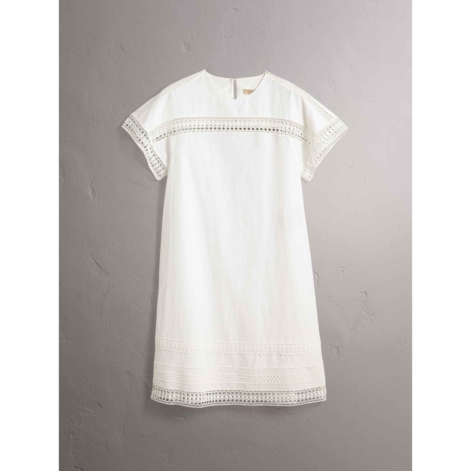 Vestido de seda com mangas curtas e detalhe de renda macramê (Branco) - Mulheres | Burberry - galeria de imagens 3