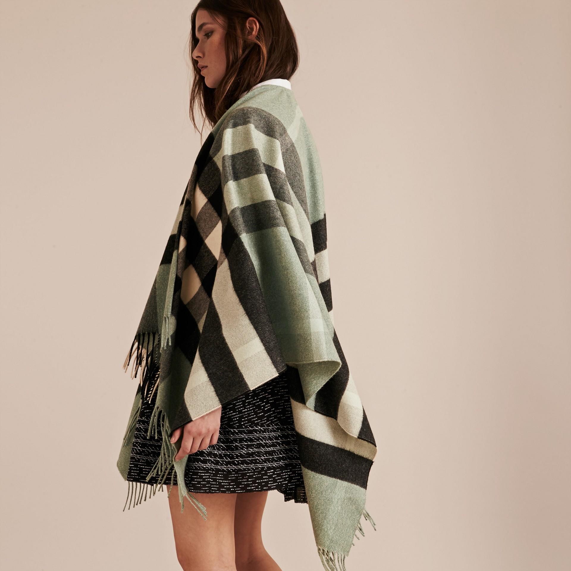 Menthe cendrée Poncho en cachemire et laine à motif check Menthe Cendrée - photo de la galerie 3