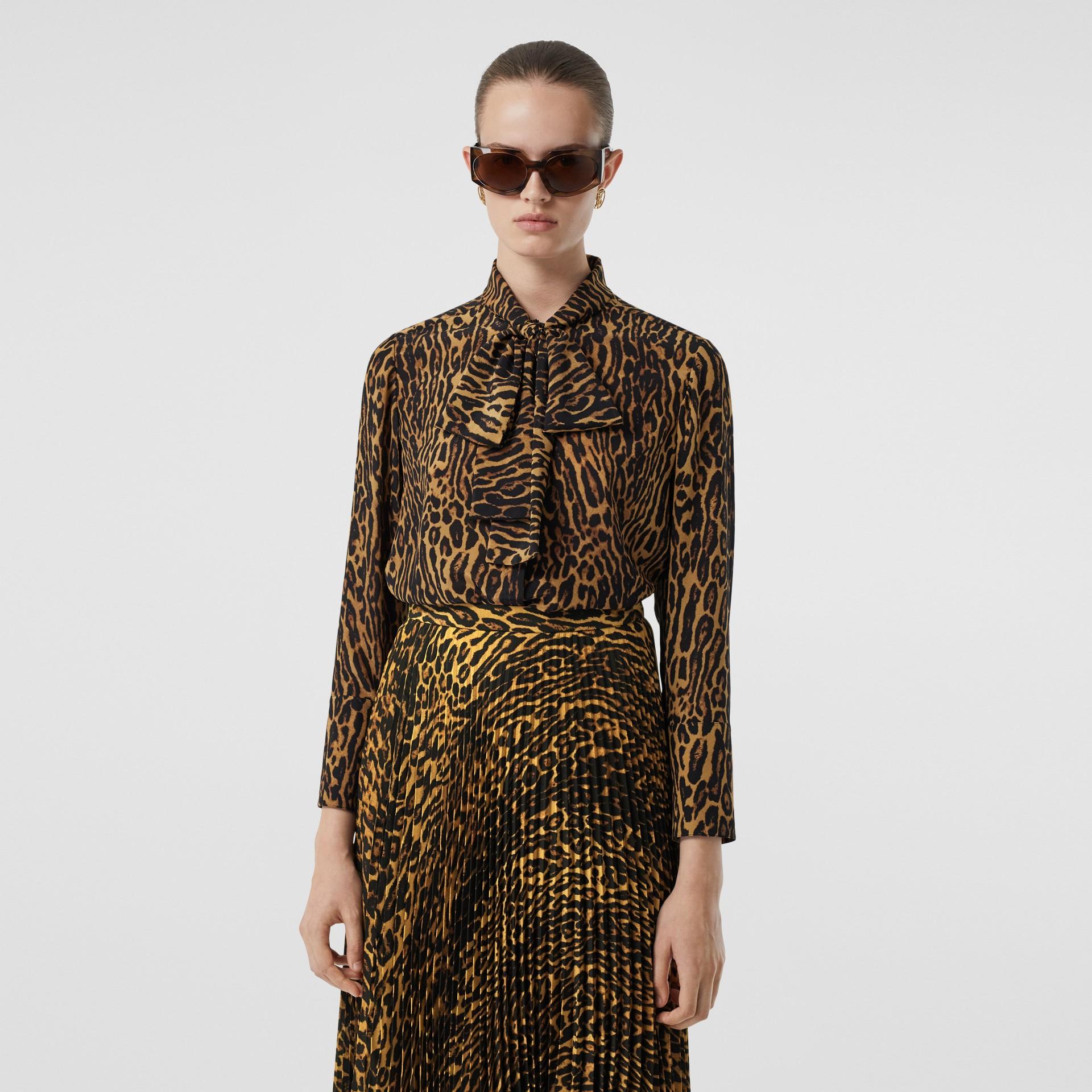 Blusa en gasa de seda con lazada al cuello y estampado estilo leopardo (Mostaza Oscuro) - Mujer | Burberry - imagen de la galería 0