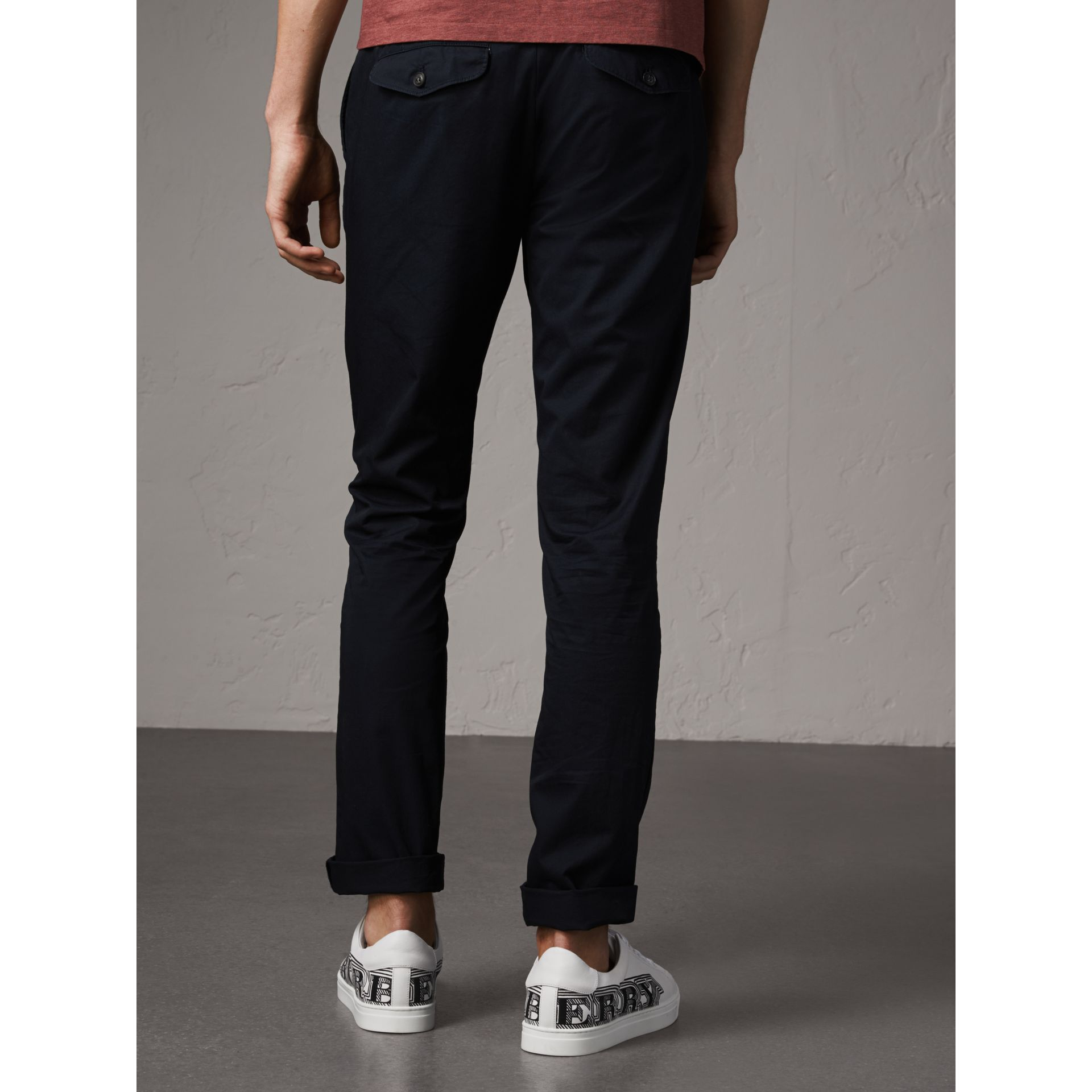 Pantalon chino slim en coton (Encre) - Homme | Burberry - photo de la galerie 3
