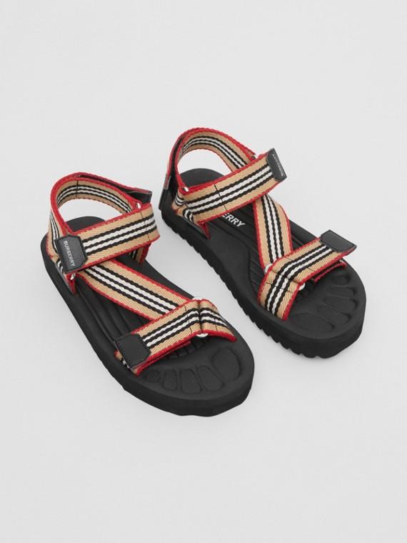 Sandálias com listras icônicas (Bege Clássico)
