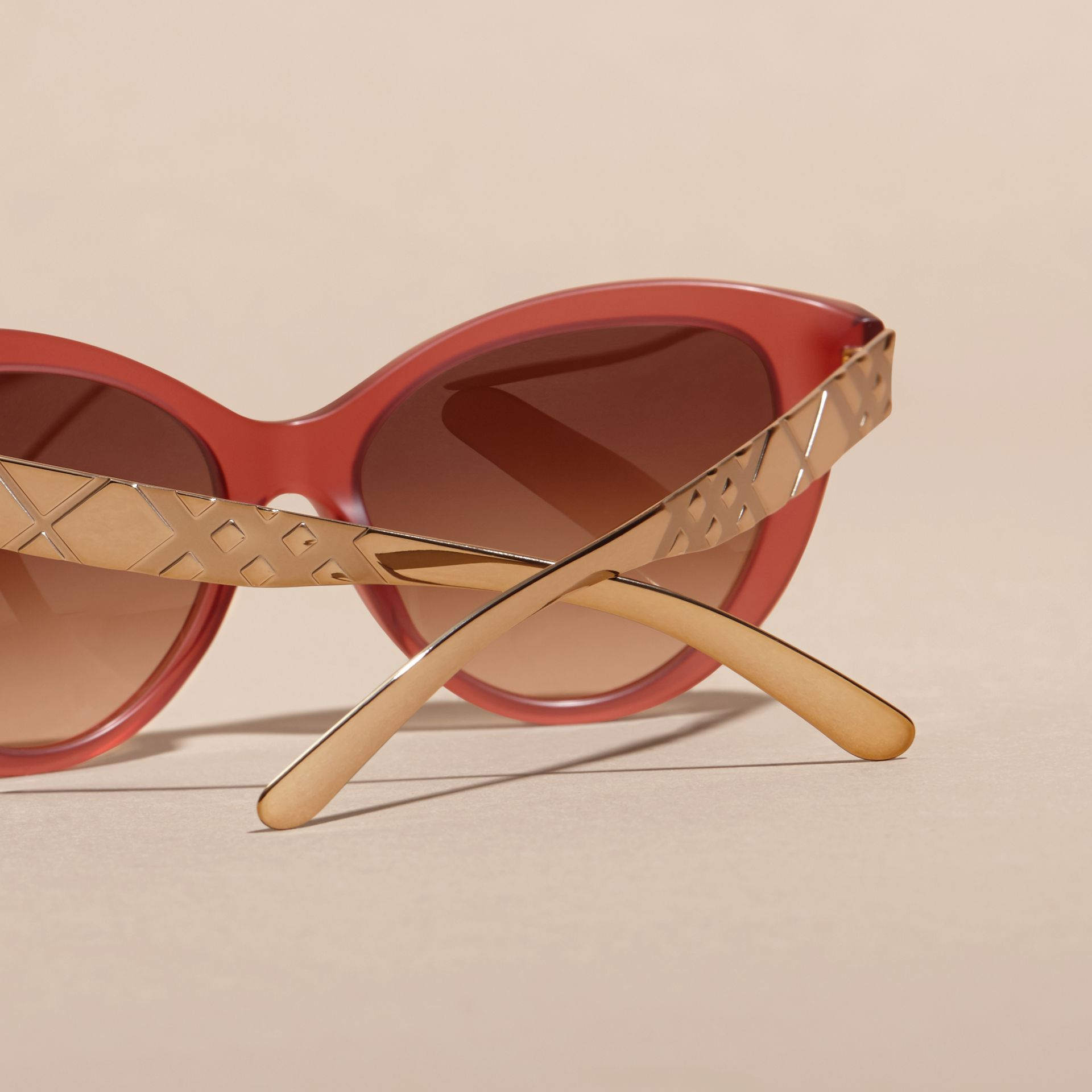 Rot Cat-Eye-Sonnenbrille mit Check-Detail in 3D Rot - Galerie-Bild 4