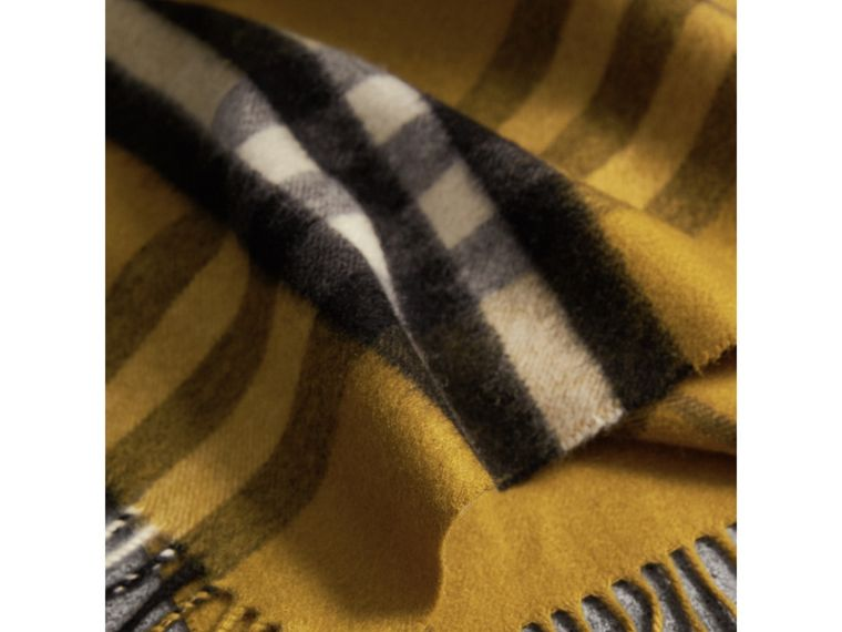 The Classic Cashmere Scarf in Check in Dark Lime | Burberry Hong Kong - cell image 4