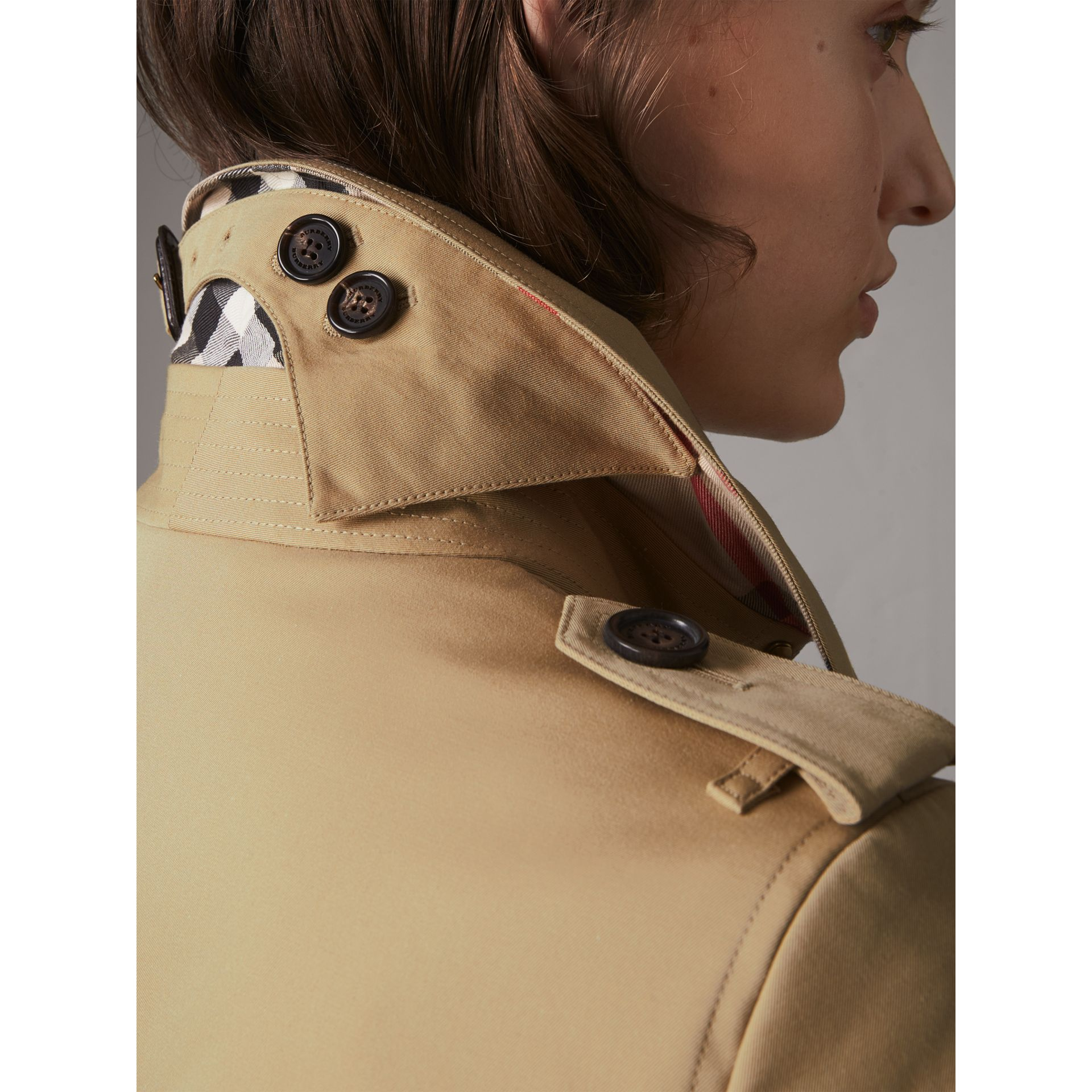 The Chelsea – Short Heritage Trench Coat in Honey - Women | Burberry Canada - gallery image 6