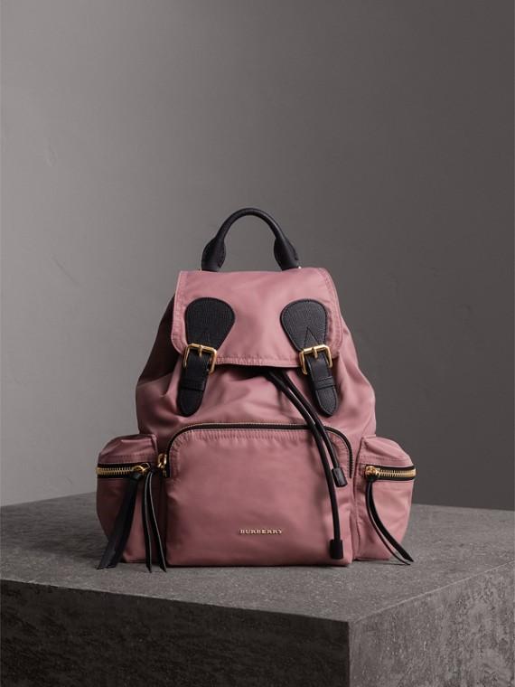 The Medium Rucksack aus Nylon und Leder (Malvenfarben-rosa)