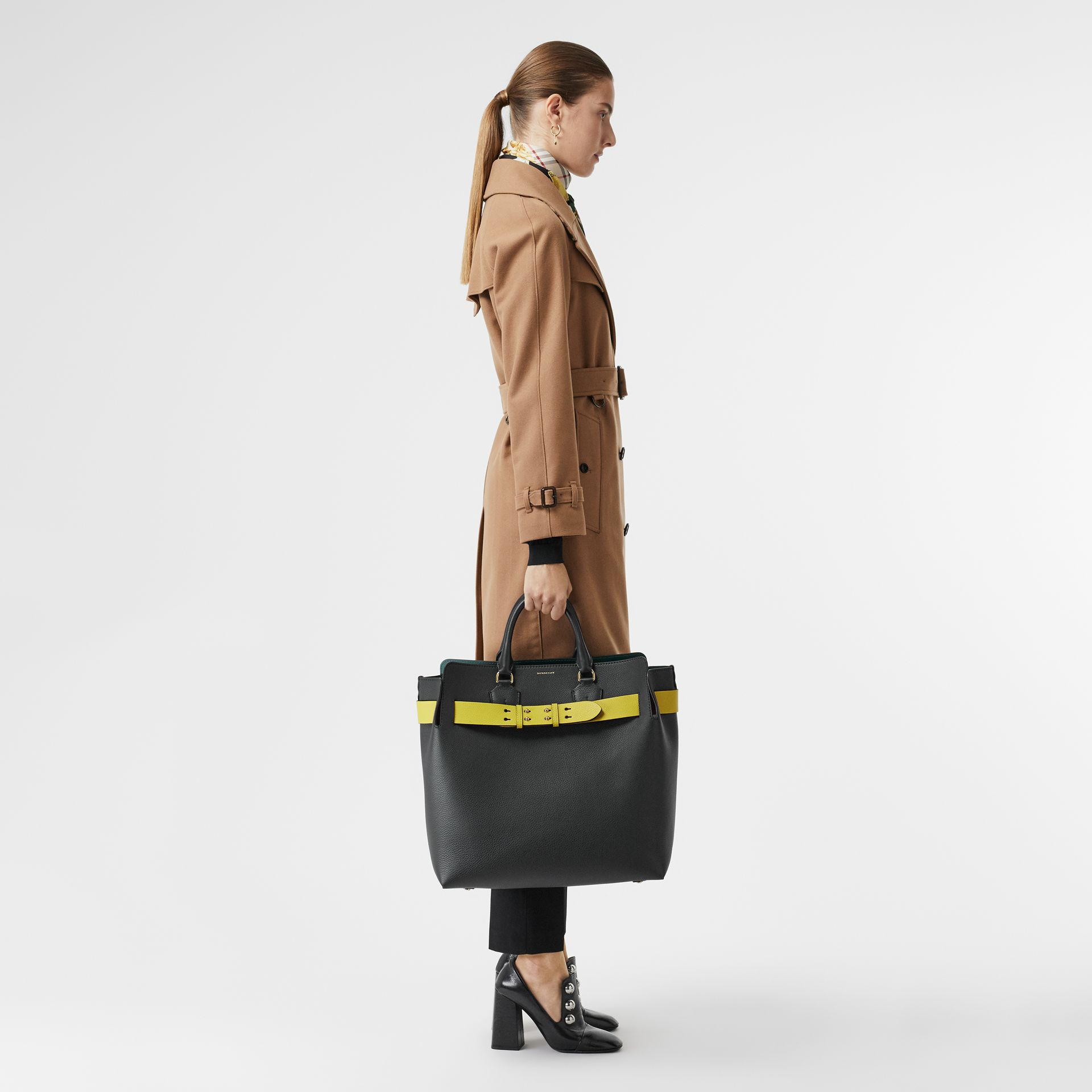 Grand sac The Belt en cuir (Noir/jaune) | Burberry Canada - photo de la galerie 2