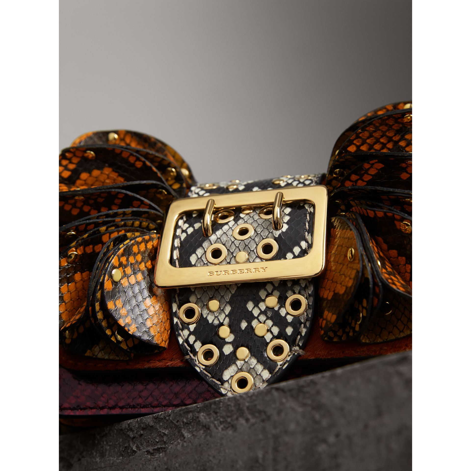 Borsa The Ruffle Buckle in pelle di serpente e cavallino (Sequoia) - Donna | Burberry - immagine della galleria 2