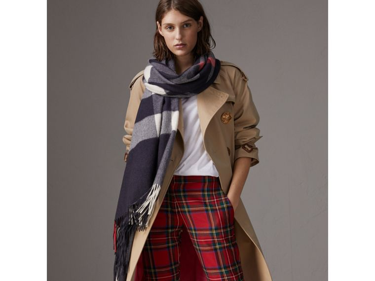 Check Cashmere Wrap in Navy | Burberry United Kingdom - cell image 4
