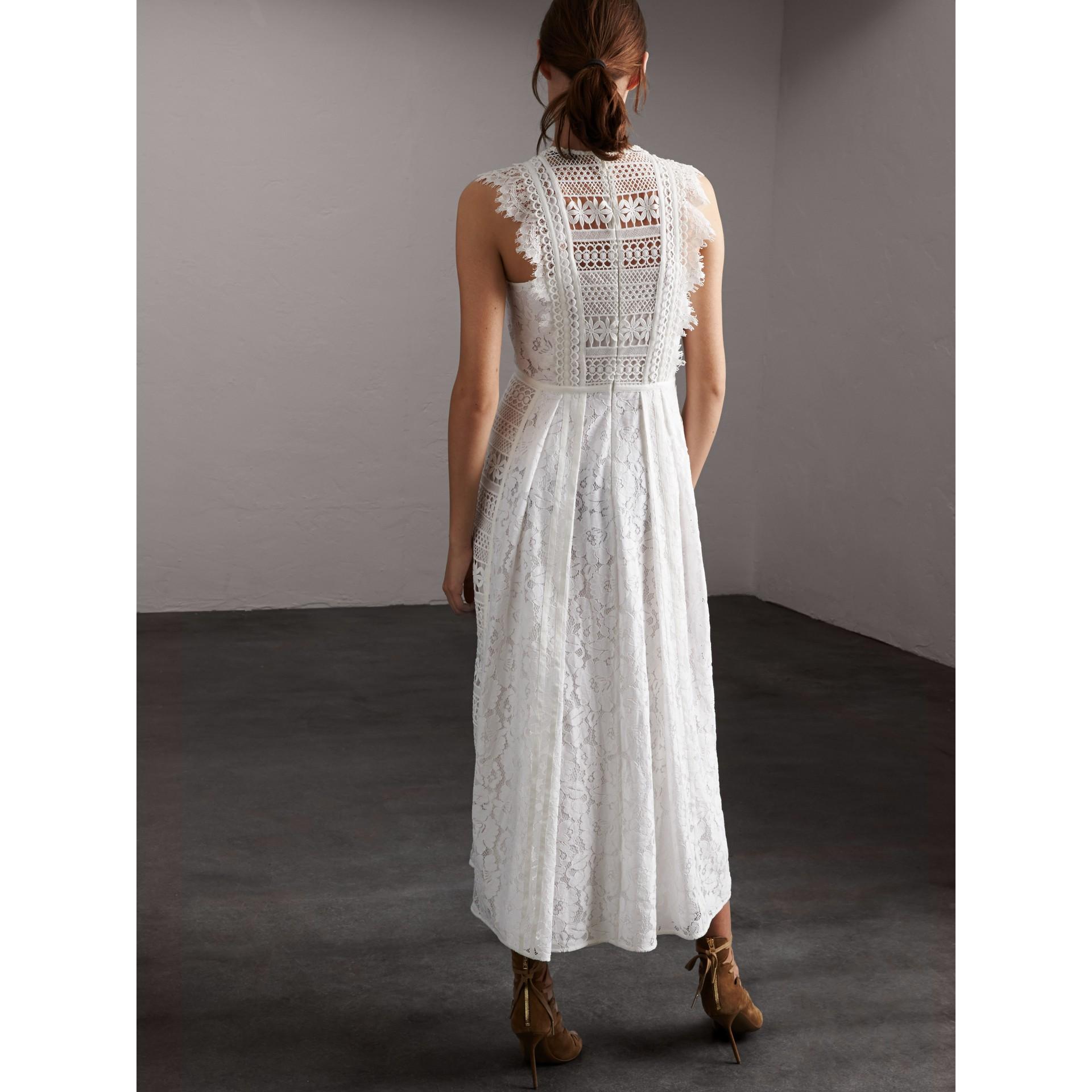 Платье без рукавов из кружева макраме - Для женщин | Burberry - изображение 3