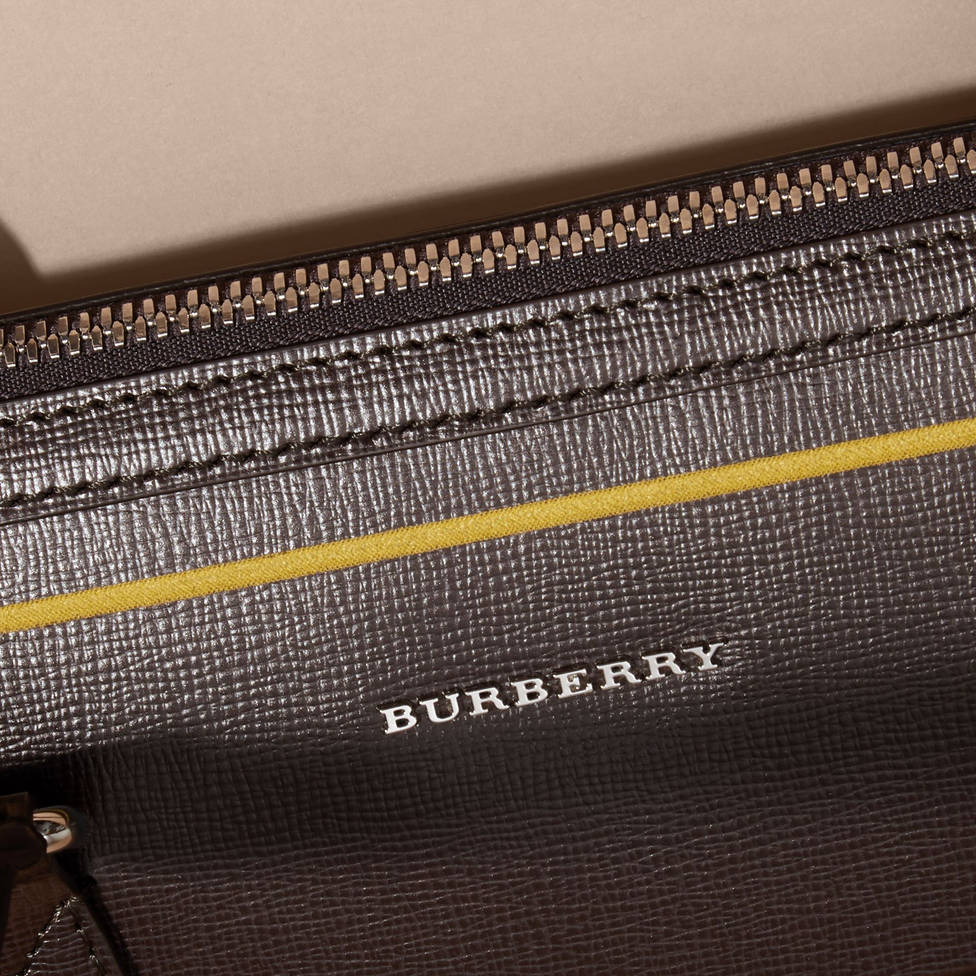 Sac The Barrow fin en cuir London avec bordure contrastante (Poivre) - Homme | Burberry - photo de la galerie 2
