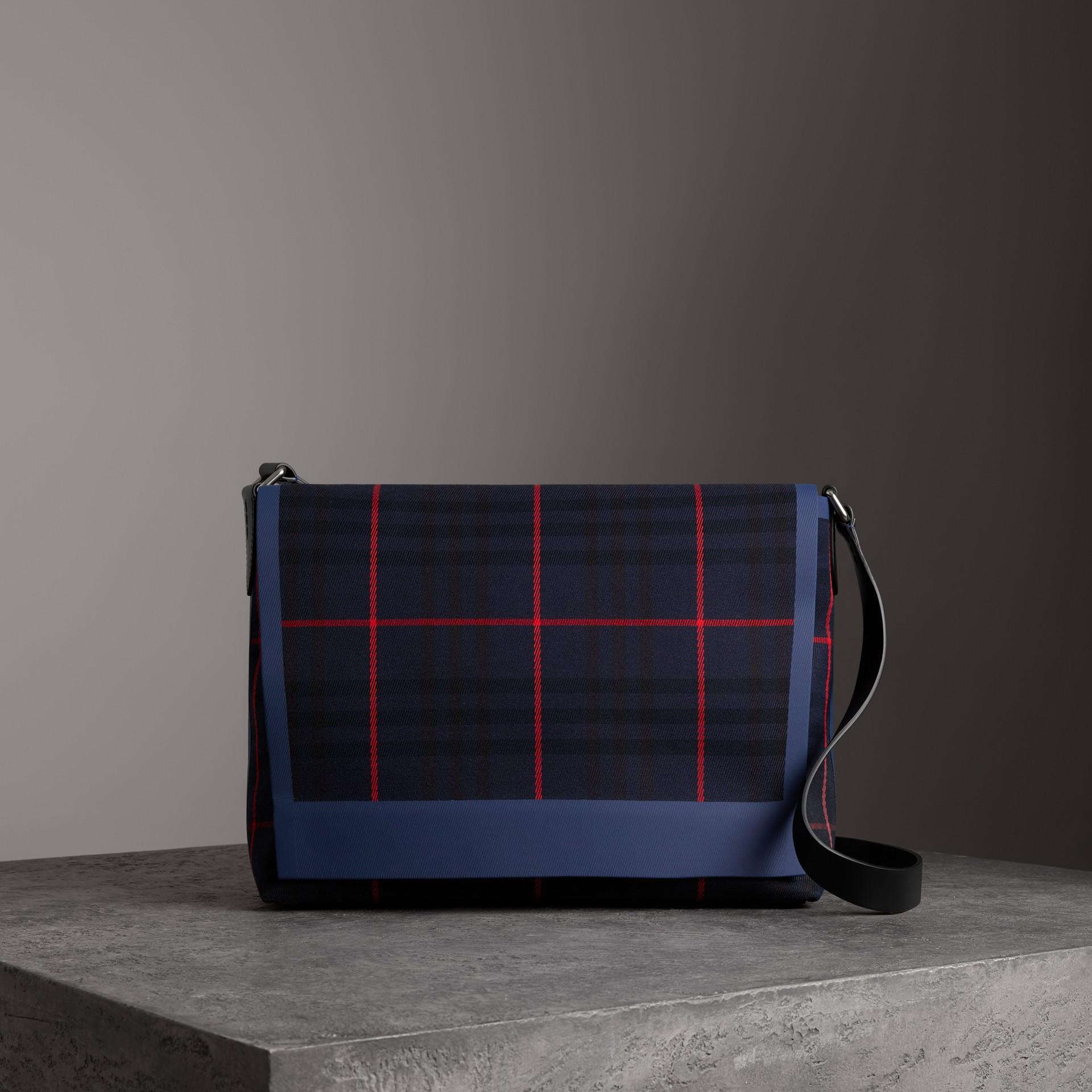 Bolsa carteiro grande de algodão com estampa xadrez tartan (Azul Marinho Escuro) | Burberry - galeria de imagens 0