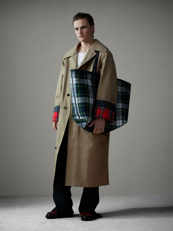 The Giant Reversible Tote in Tartan Cotton in Ink Blue/military Red | Burberry United Kingdom - cell image 3