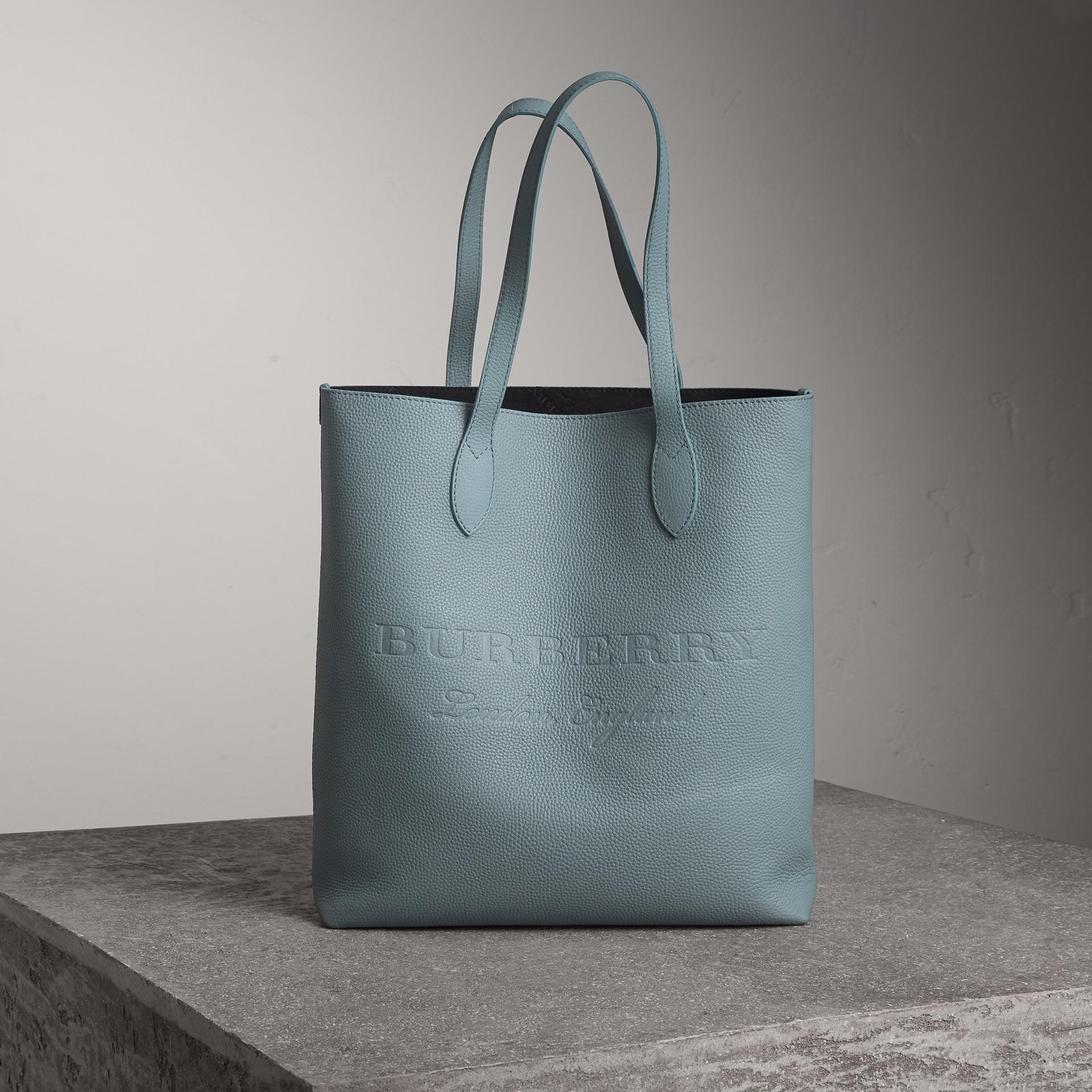 Bolsa tote de couro com detalhe em relevo (Azul Petróleo Terroso) | Burberry - galeria de imagens 0