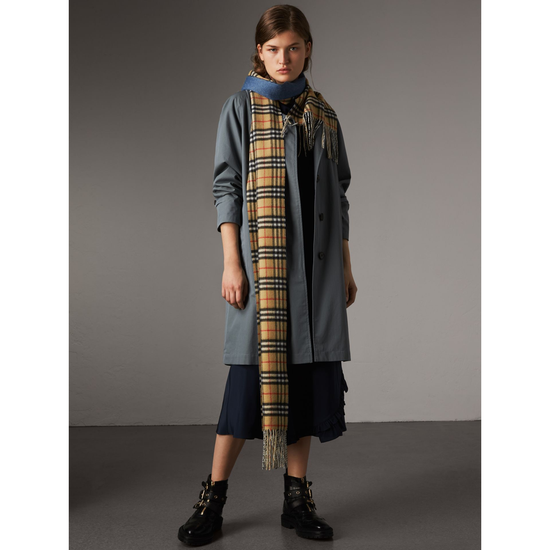 Long Reversible Vintage Check Double-faced Cashmere Scarf in Stone Blue | Burberry Australia - gallery image 3