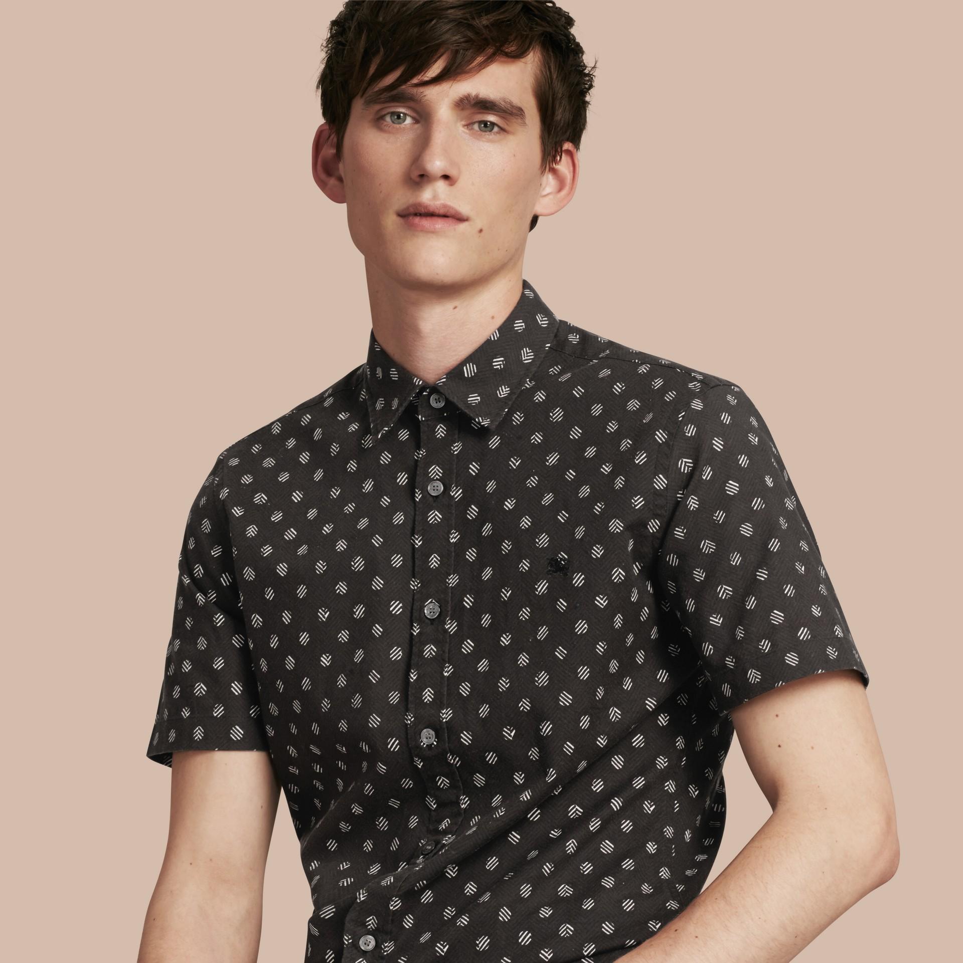 Noir Chemise en coton et lin à manches courtes avec imprimé - photo de la galerie 1