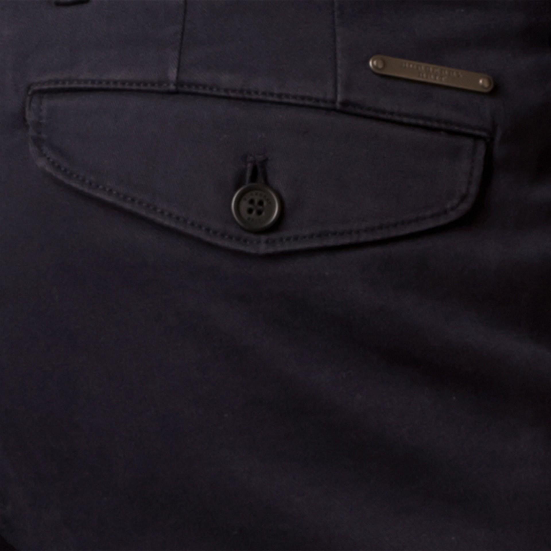 네이비 슬림핏 스트레치 코튼 트윌 치노 네이비 - 갤러리 이미지 2