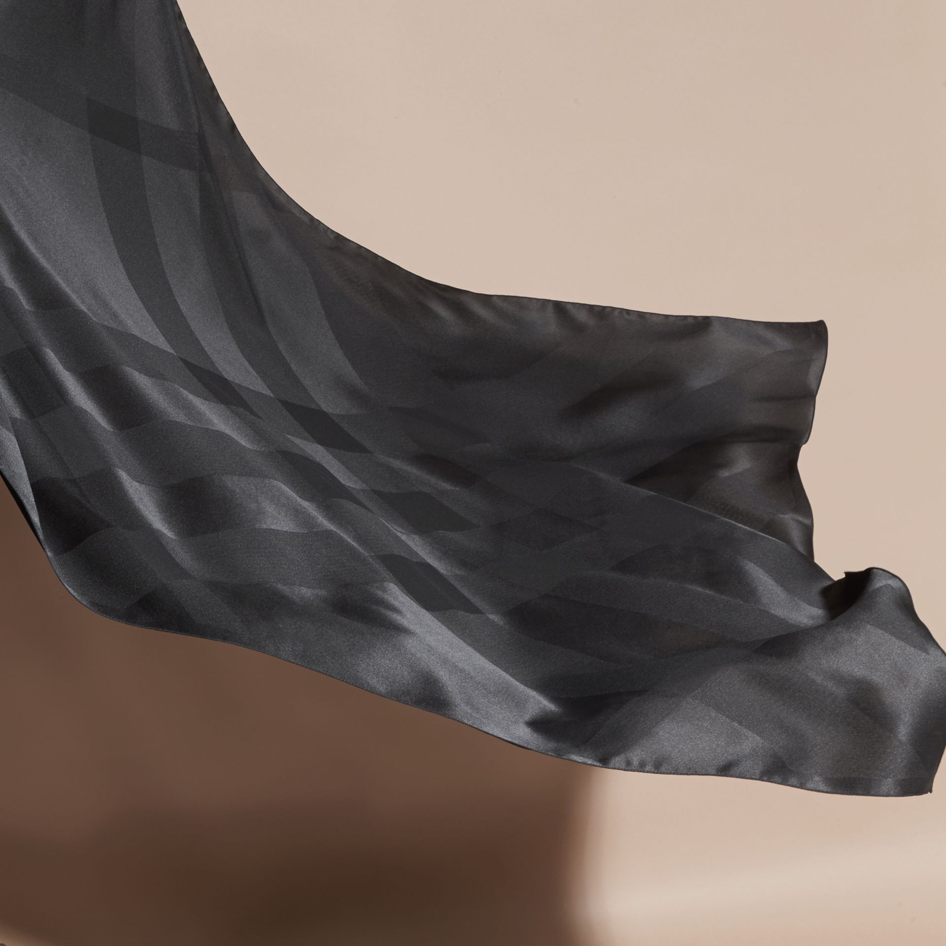 Noir Foulard en jacquard de soie à motif check Noir - photo de la galerie 4