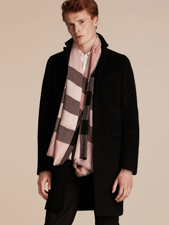 The Lightweight Cashmere Scarf in Check Rose - cell image 3