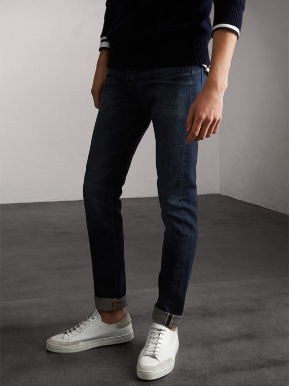Jeans attillati in denim stretch trattato (Blu Vintage)