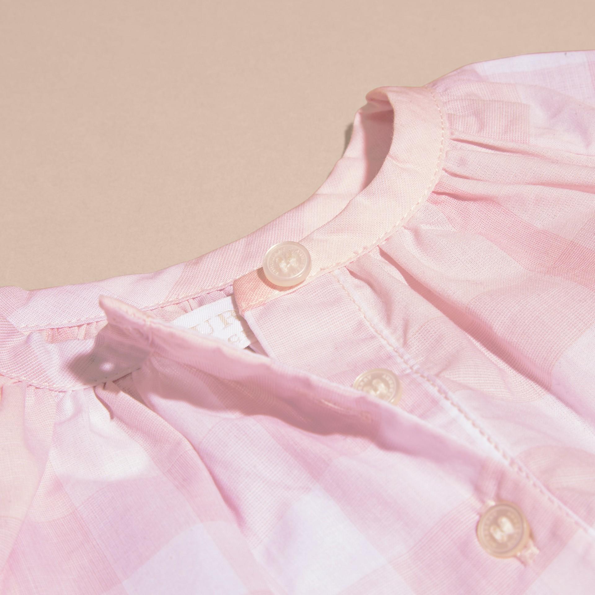 Rosa ghiaccio Camicetta in cotone con motivo check e pieghe - immagine della galleria 2