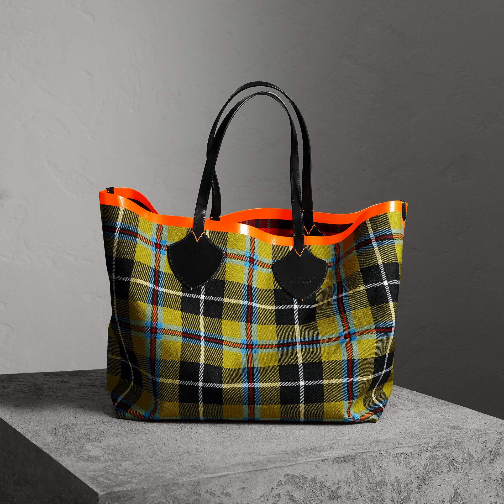 The Giant Reversible Tote in Tartan Cotton in Flax Yellow/red | Burberry - gallery image 0