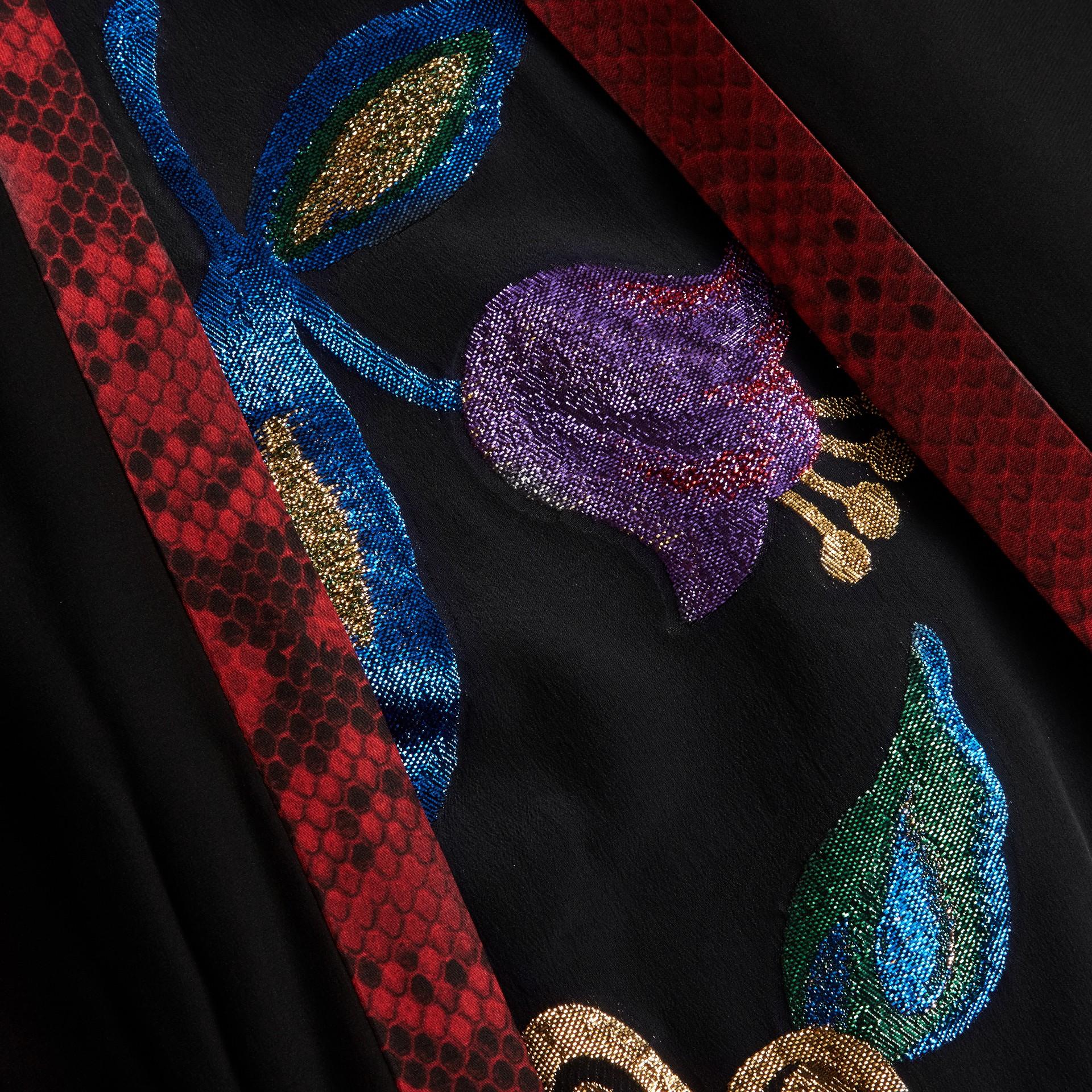Preto Vestido envelope longo de seda com detalhes em fil coupé floral - galeria de imagens 2