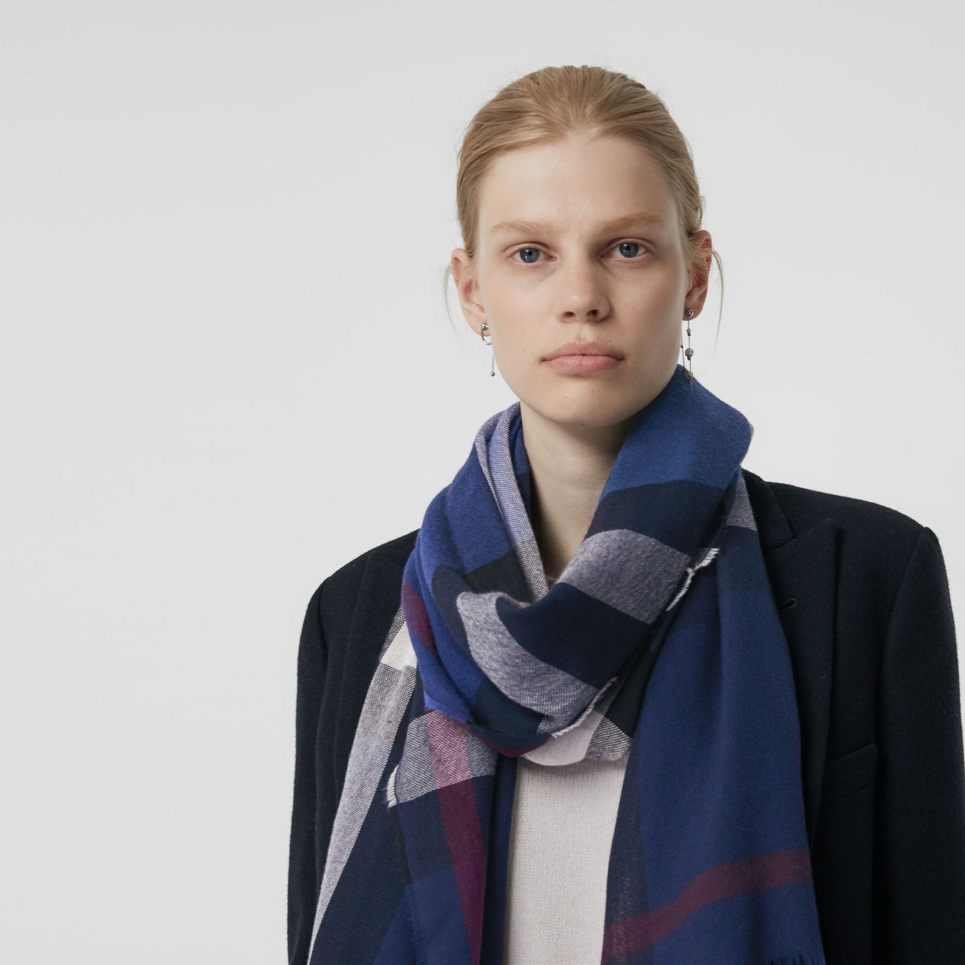 Lightweight Check Wool Cashmere Scarf in Navy | Burberry Canada - gallery image 4