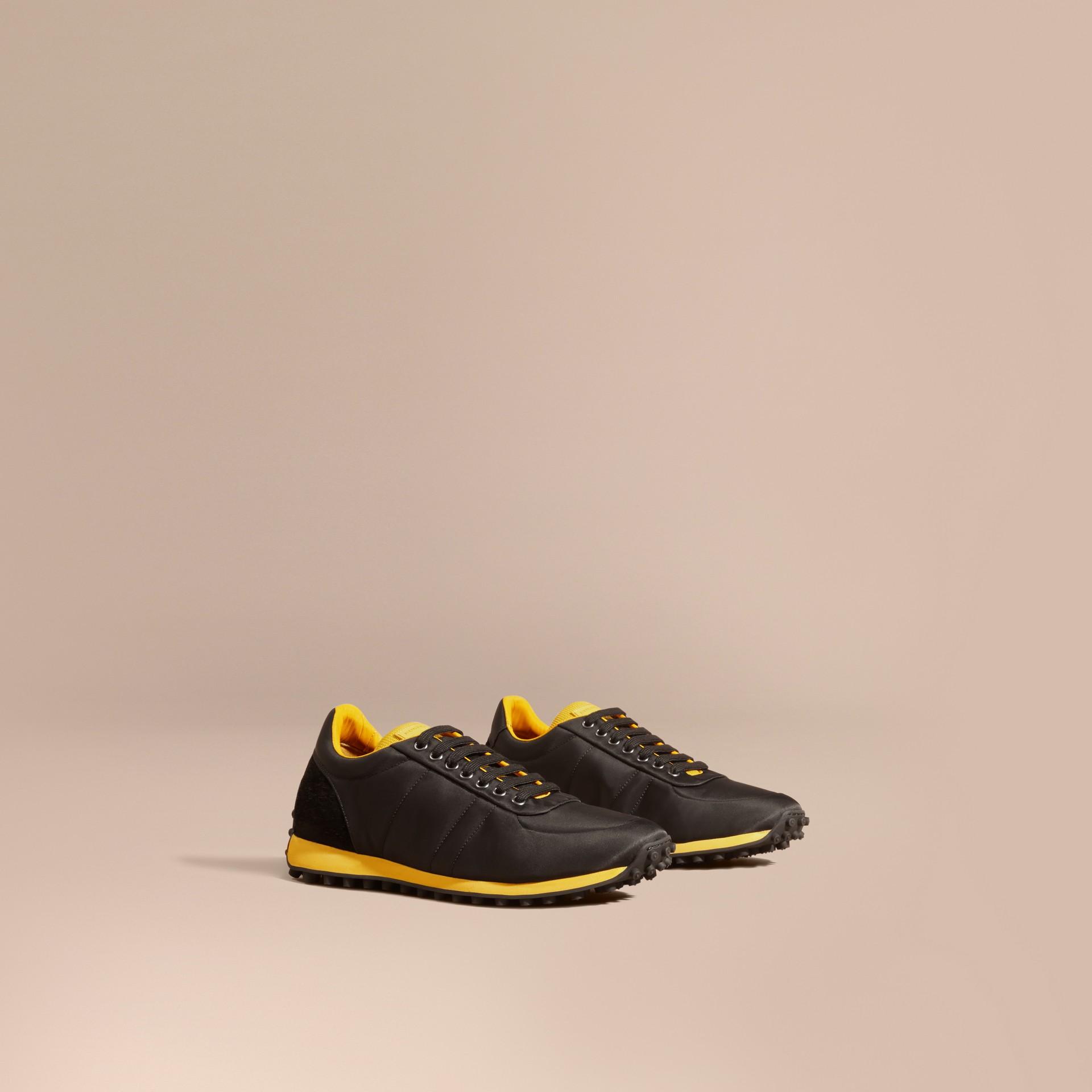 Nero/giallo bruciato Sneaker tecniche con finiture effetto texture Nero/giallo Bruciato - immagine della galleria 1