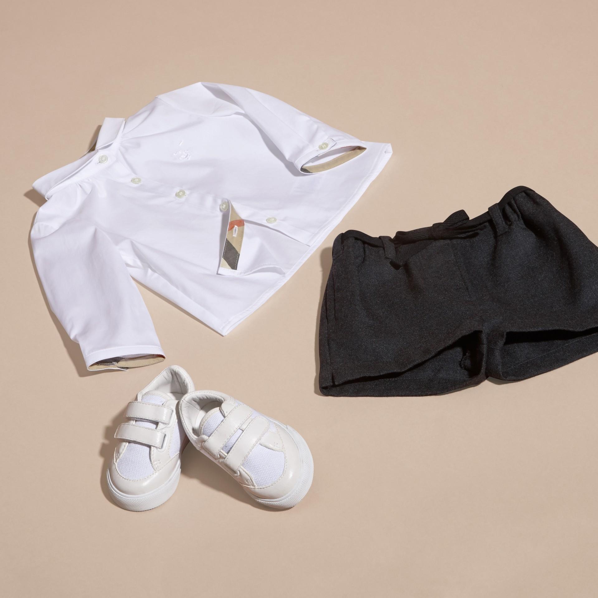 Branco Camisa de algodão stretch com colarinho Peter Pan - galeria de imagens 5