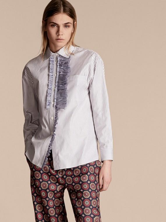 Camisa en algodón con detalles avolantados y motivo de raya diplomática
